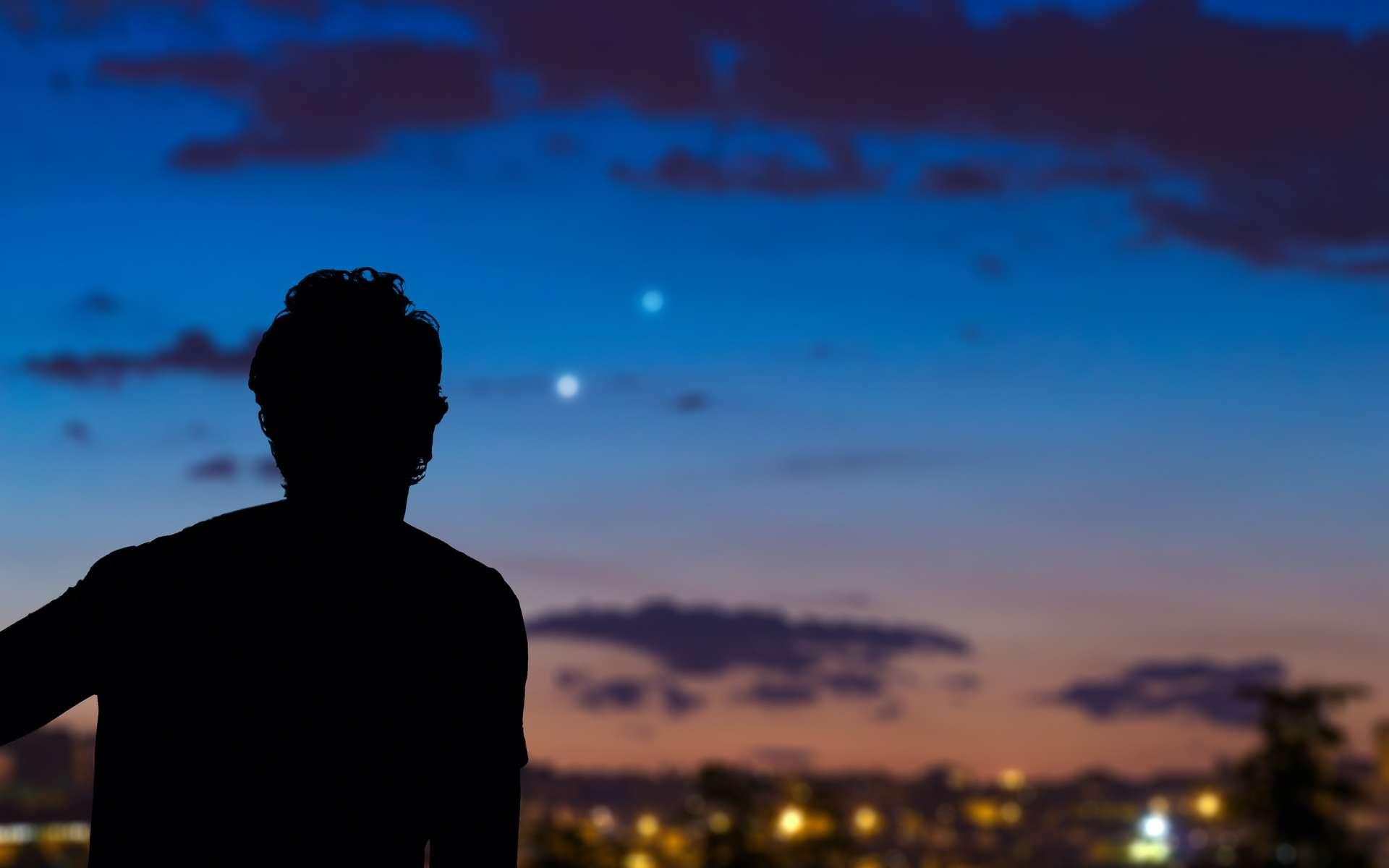 Les planètes Mars, au-dessus de l'est, Jupiter et Saturne, au-dessus du sud-ouest, sont bien visibles à la tombée de la nuit en novembre, y compris dans un environnement où la pollution lumineuse est très présente. © astrosystem, Adobe Photos