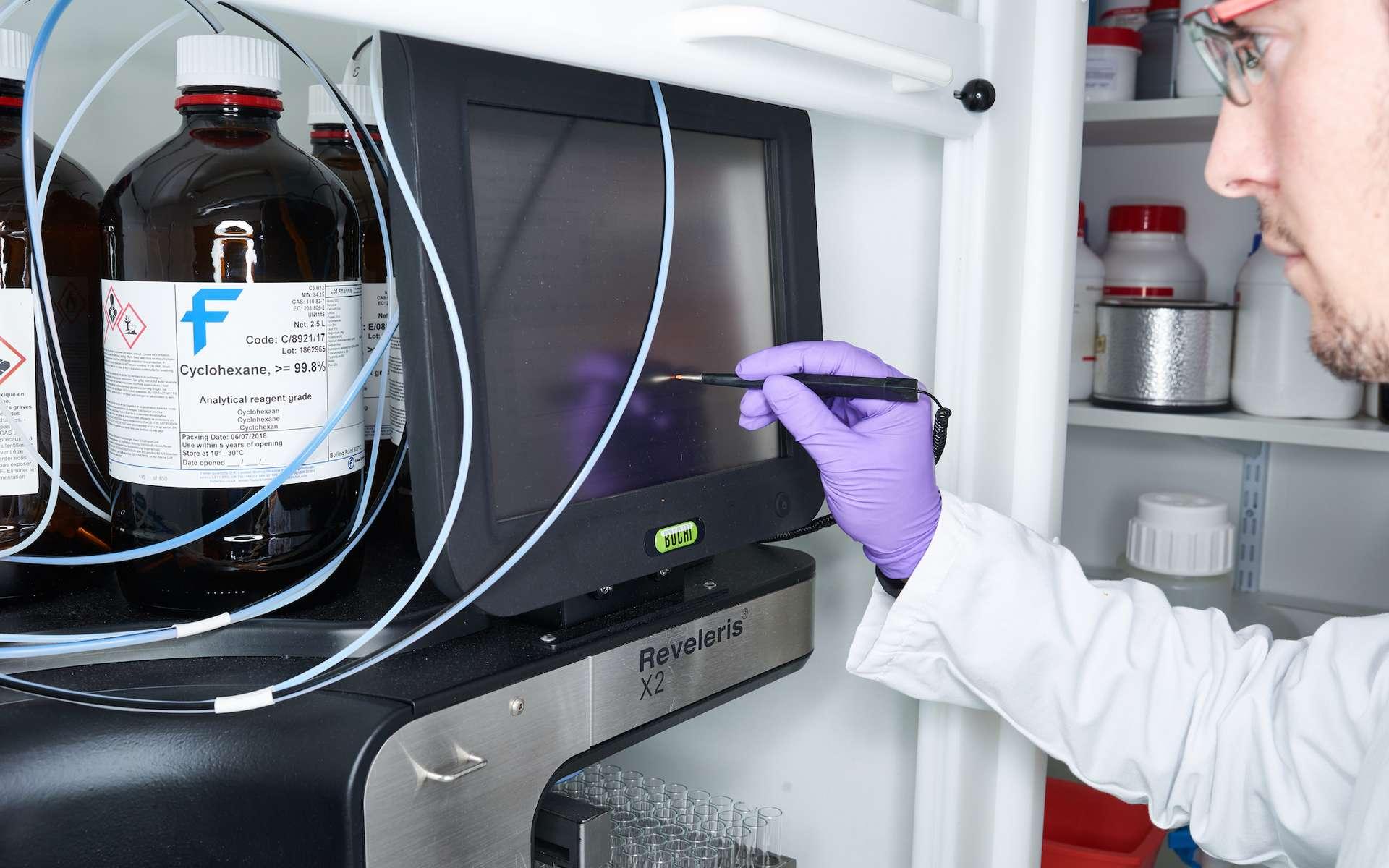 DNA Script fabrique de l'ADN de synthèse grâce à des enzymes naturelles, une méthode plus efficace et moins polluante que la voie chimique. © DNA Script