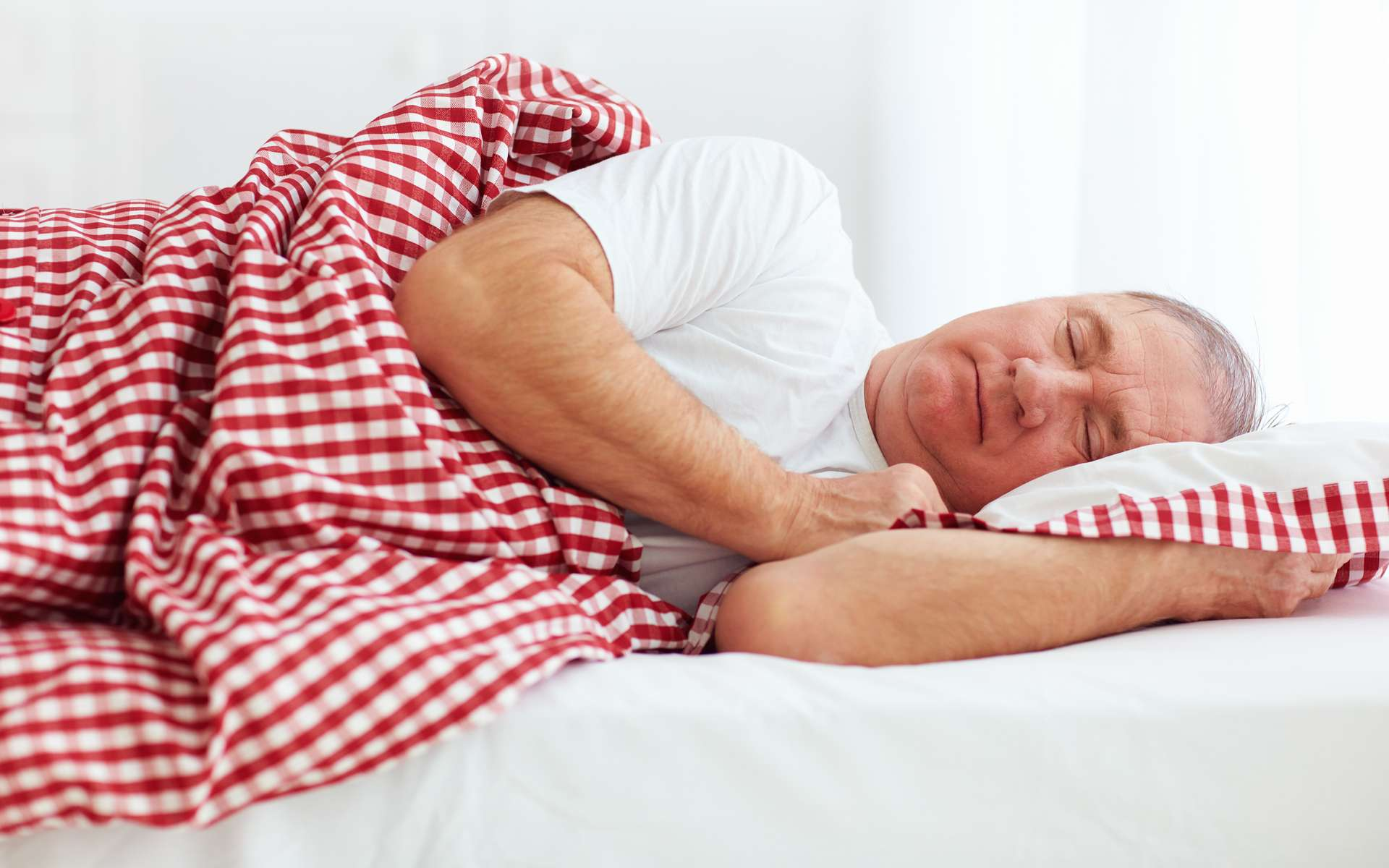 L'Homme passe en moyenne un tiers de sa vie à dormir. Le sommeil est indispensable à la santé et pourrait même limiter le risque de développer la maladie d'Alzheimer. © Adobe Stock