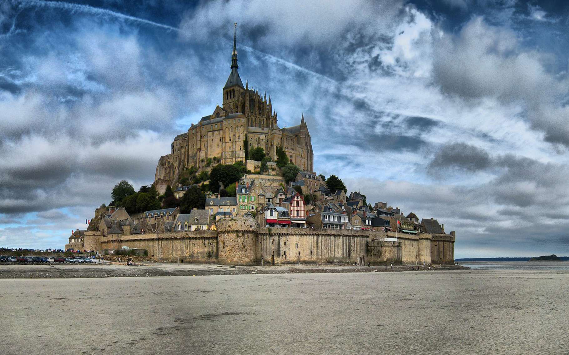 Grâce aux forces conjuguées de la mer et du Couesnon, le Mont-Saint-Michel se laisse de nouveau encercler par les eaux aux grandes marées. © DR