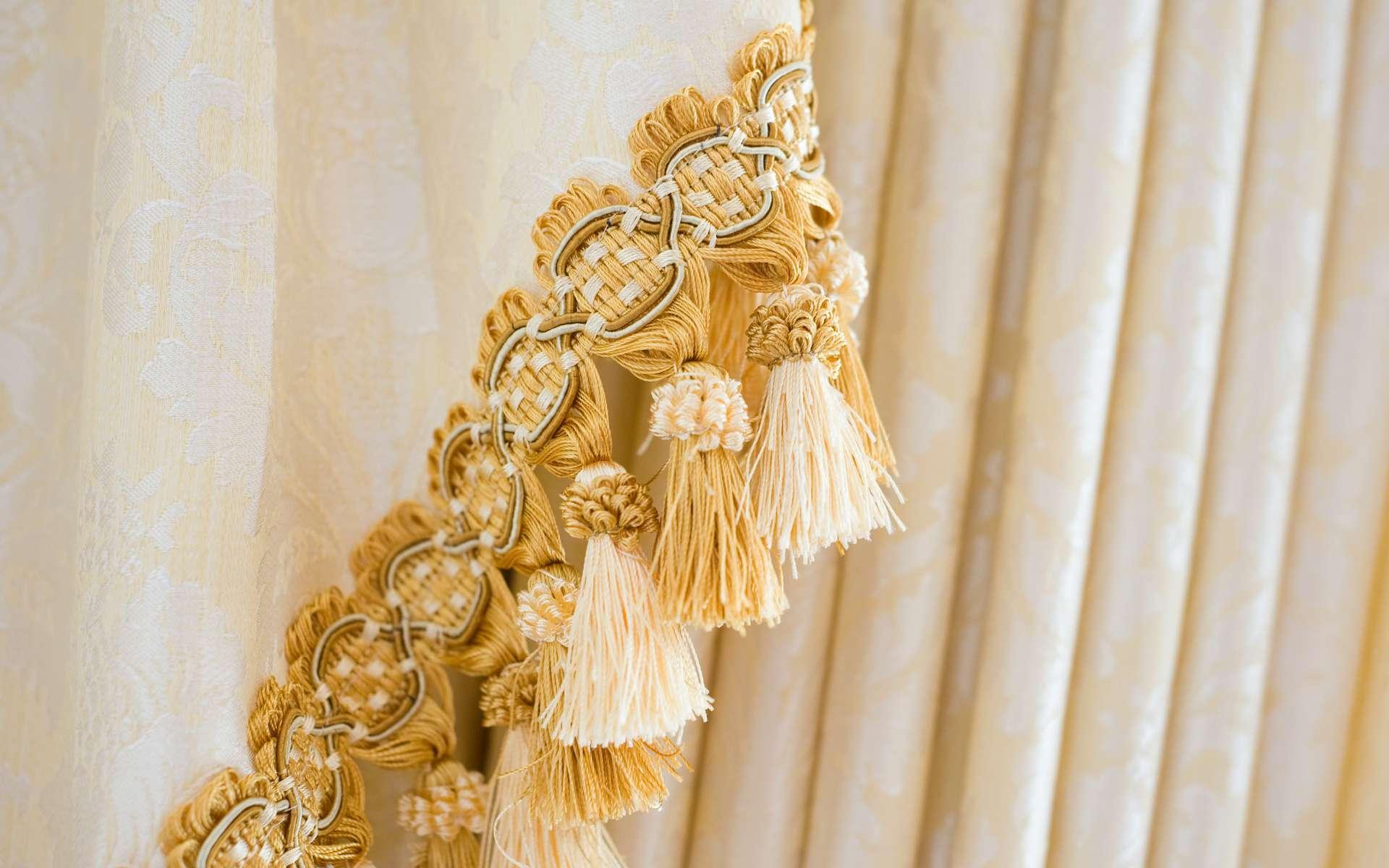 La passementerie regroupe tous sortes d'ornement tels que ganses, galons, franges, liserés, tresses, rubans… sur des tenues vestimentaires et dans l'ameublement. © xy, Adobe Stock