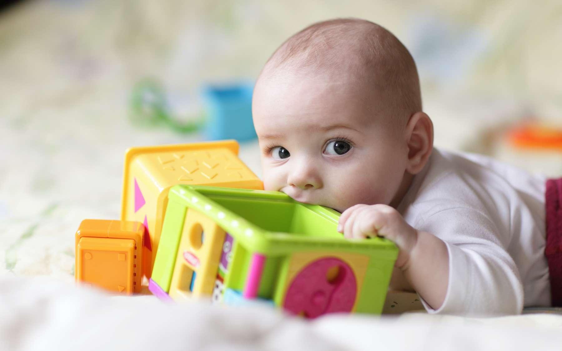 Les bébés on tendance à porter à leur bouche beaucoup d'objets en plastique. © Arkady Chubykin, Adobe Stock