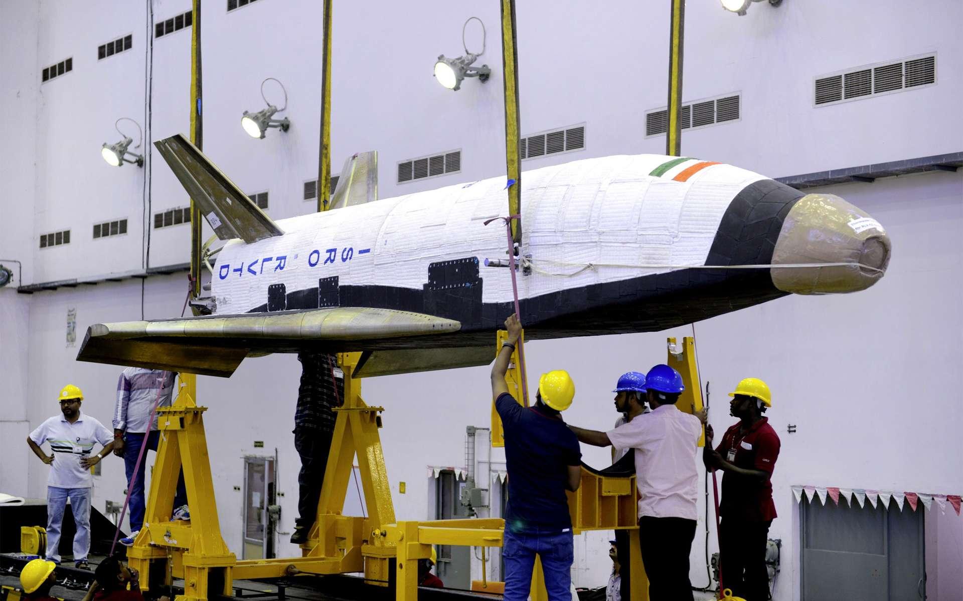 Long de moins de dix mètres, ce prototype préfigure, peut-être, le futur véhicule réutilisable et ailé à deux étages dont l'Inde souhaite se doter pour le lancement de satellites en orbite basse. © Isro