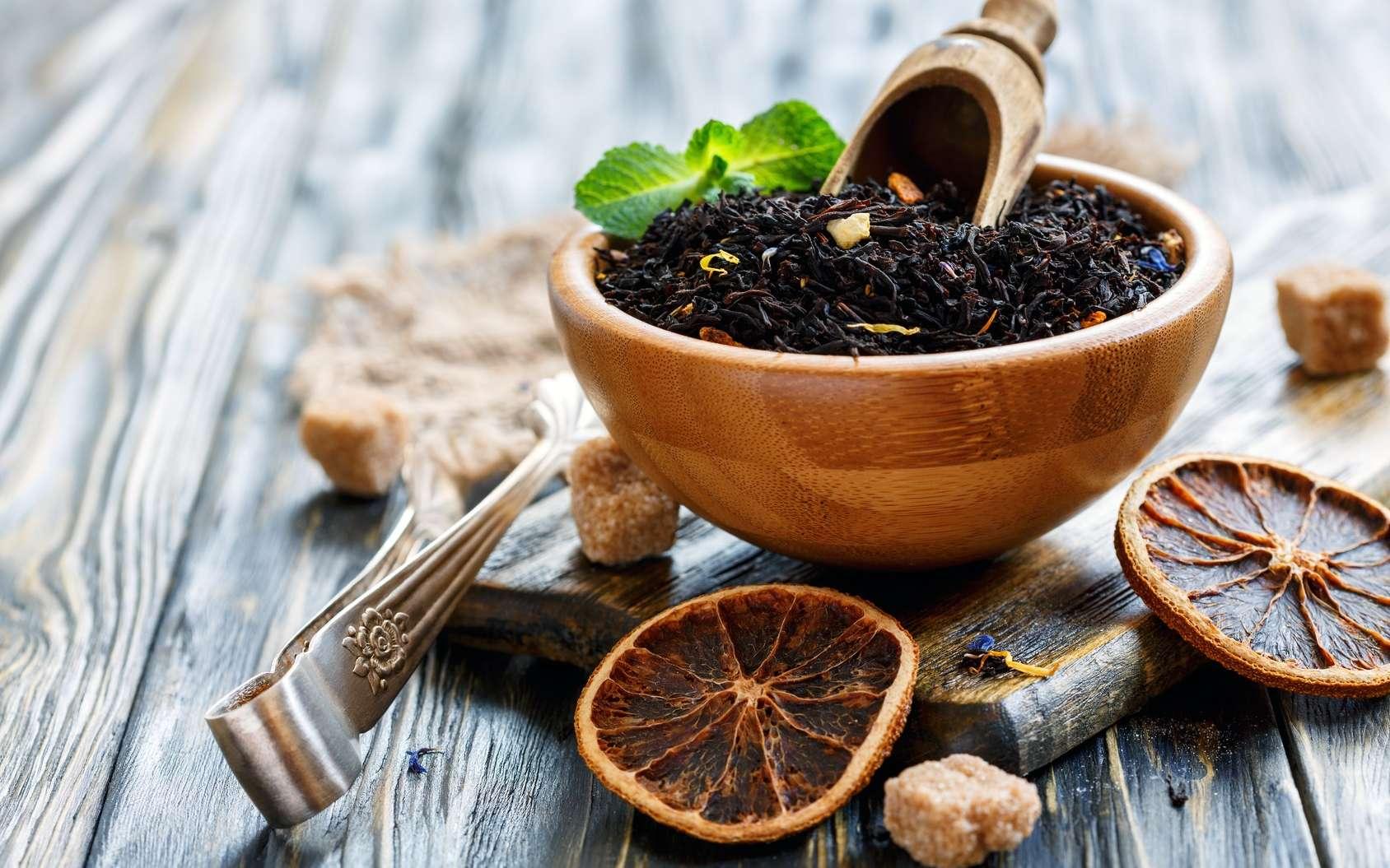Le thé noir est souvent parfumé, par exemple avec de la bergamote ou des agrumes. © sriba3, Fotolia