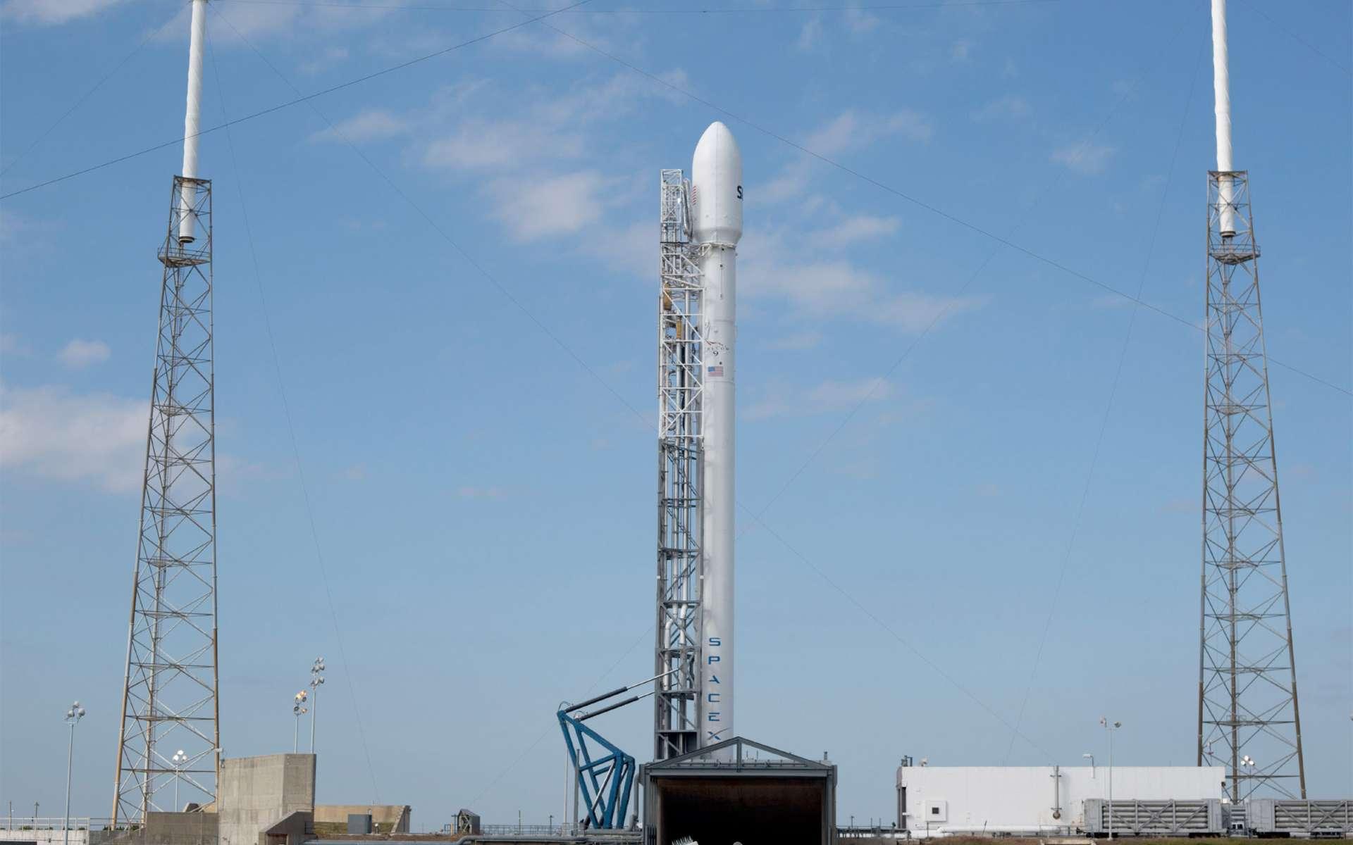 Avec dix moteurs Merlin 1D, le lanceur Falcon 9 v1.1 est, en théorie et selon le lieu de lancement, capable de mettre 13 tonnes en orbite basse et jusqu'à 4,8 tonnes en orbite de transfert géostationnaire. © SpaceX