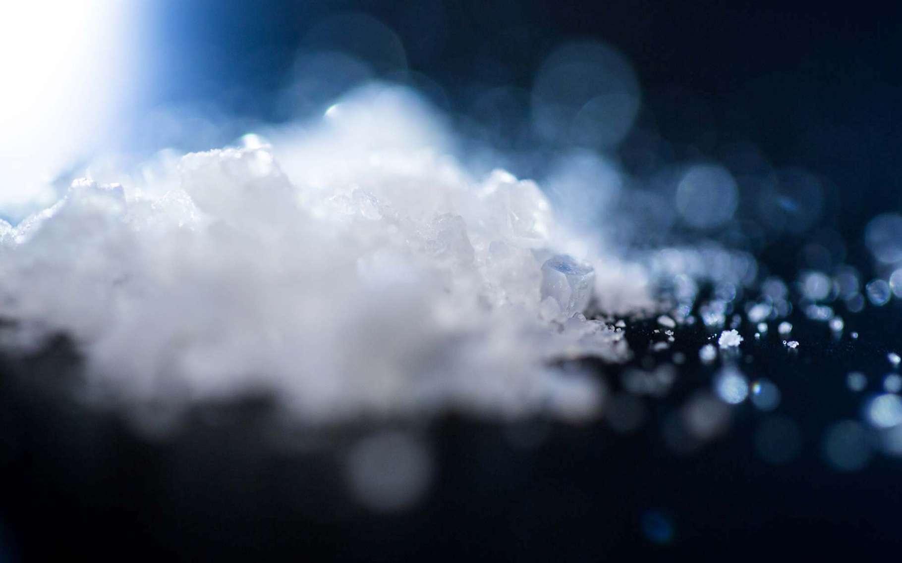 DGros plan sur des diamantoïdes purifiés. Les diamantoïdes sont de minuscules diamants qui ne sont visibles à l'œil nu qu'à partir du moment où ils s'agrègent en cristaux, fins comme ceux du sucre. © Christopher Smith, Slac National Accelerator Laboratory