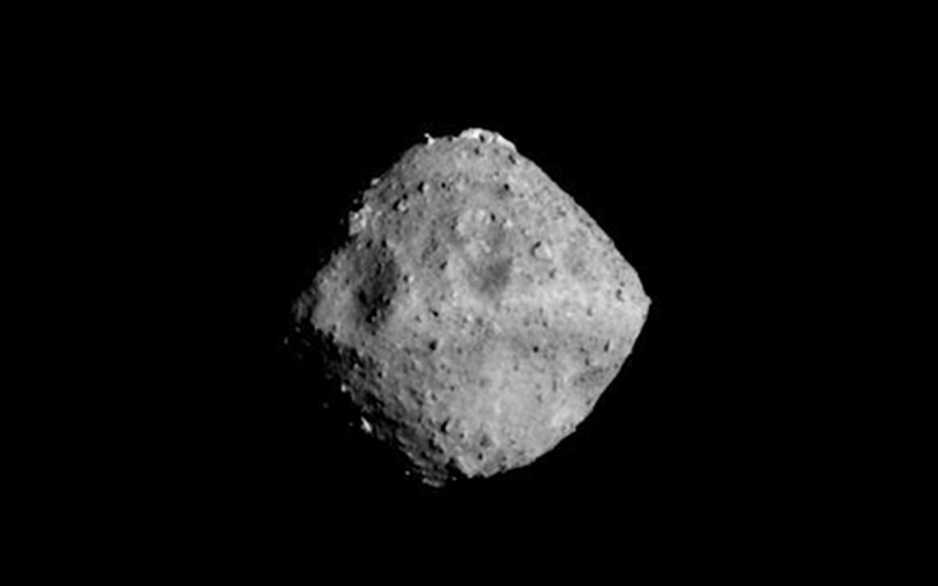 L'astéroïde Ryugu photographié avec la caméra ONC-T (Optical Navigation Camera - Telescopic) quand Hayabusa-2 était à environ 40 km de sa cible. © Jaxa, université de Tokyo, Kochi University, Rikkyo University, Nagoya University, Chiba Institute of Technology, Meiji University, Aizu University, AIST