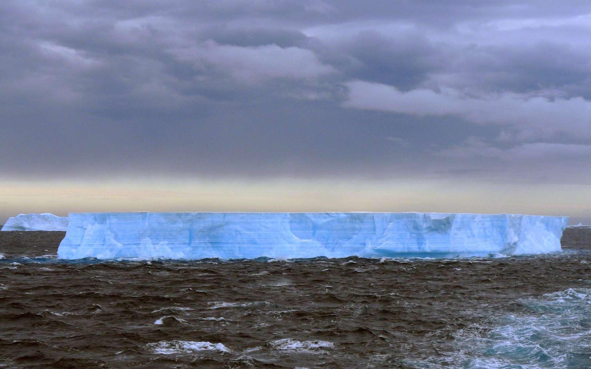 La fonte des glaciers en Arctique inquiète mais la situation est également préoccupante en Antarctique. On voit ici un iceberg tabulaire. Il est de forme plate, avec une longueur supérieure à cinq fois sa hauteur. Les tabulaires sont caractéristiques de la zone antarctique et de ses nombreuses « barrières de glace », certaines longues de plusieurs kilomètres. Elles dérivent dans l'océan austral au gré des vents et des courants. © cc by sa 2.0, Michael Clarke, Wikipédia