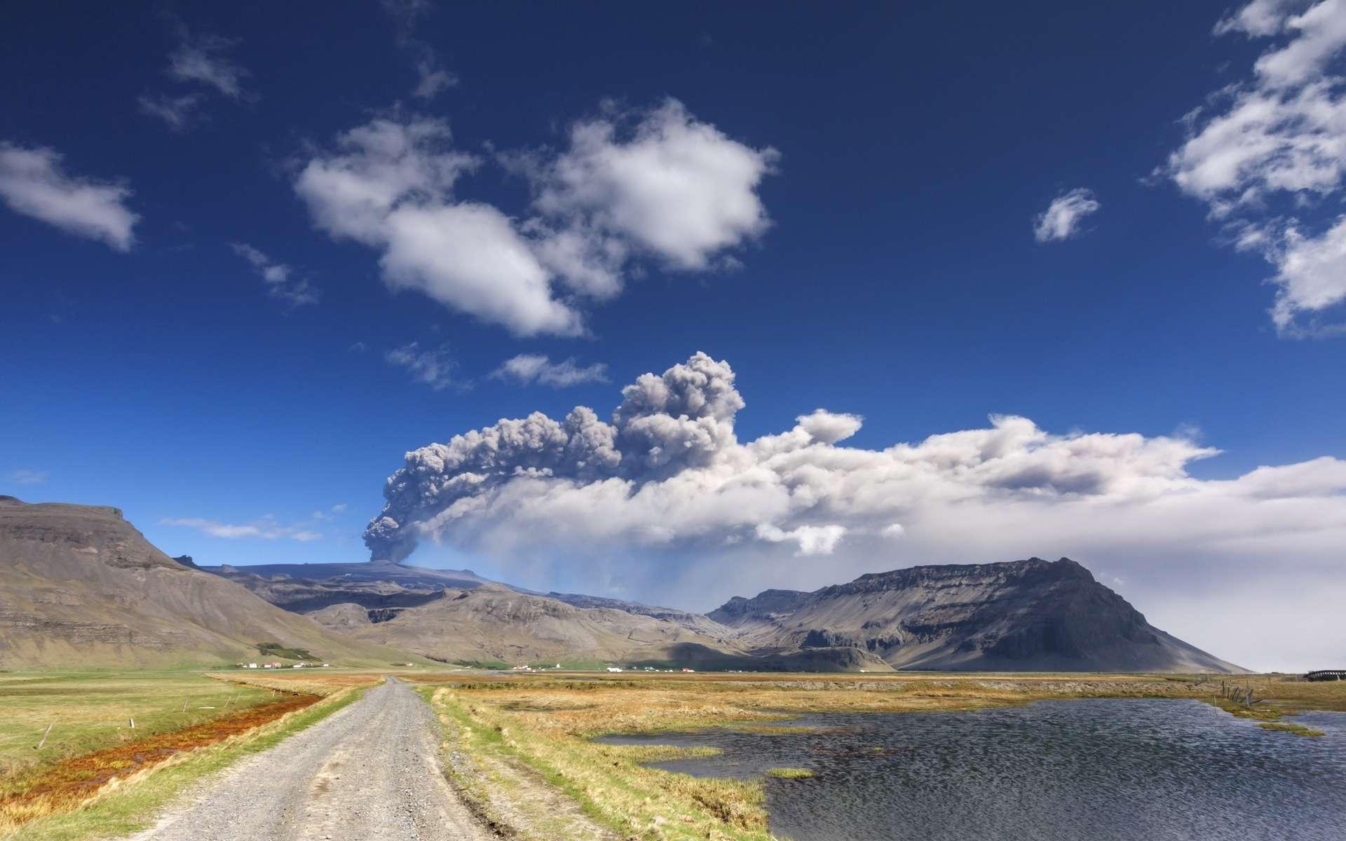 Le volcan le plus actif de l'Islande, le Grímsvötn, est en train de se réveiller : les taux élevés de dioxyde de soufre ont été enregistrés et signalent la présence de magma à une faible profondeur. © Mateusz Liberra, Adobe Stock