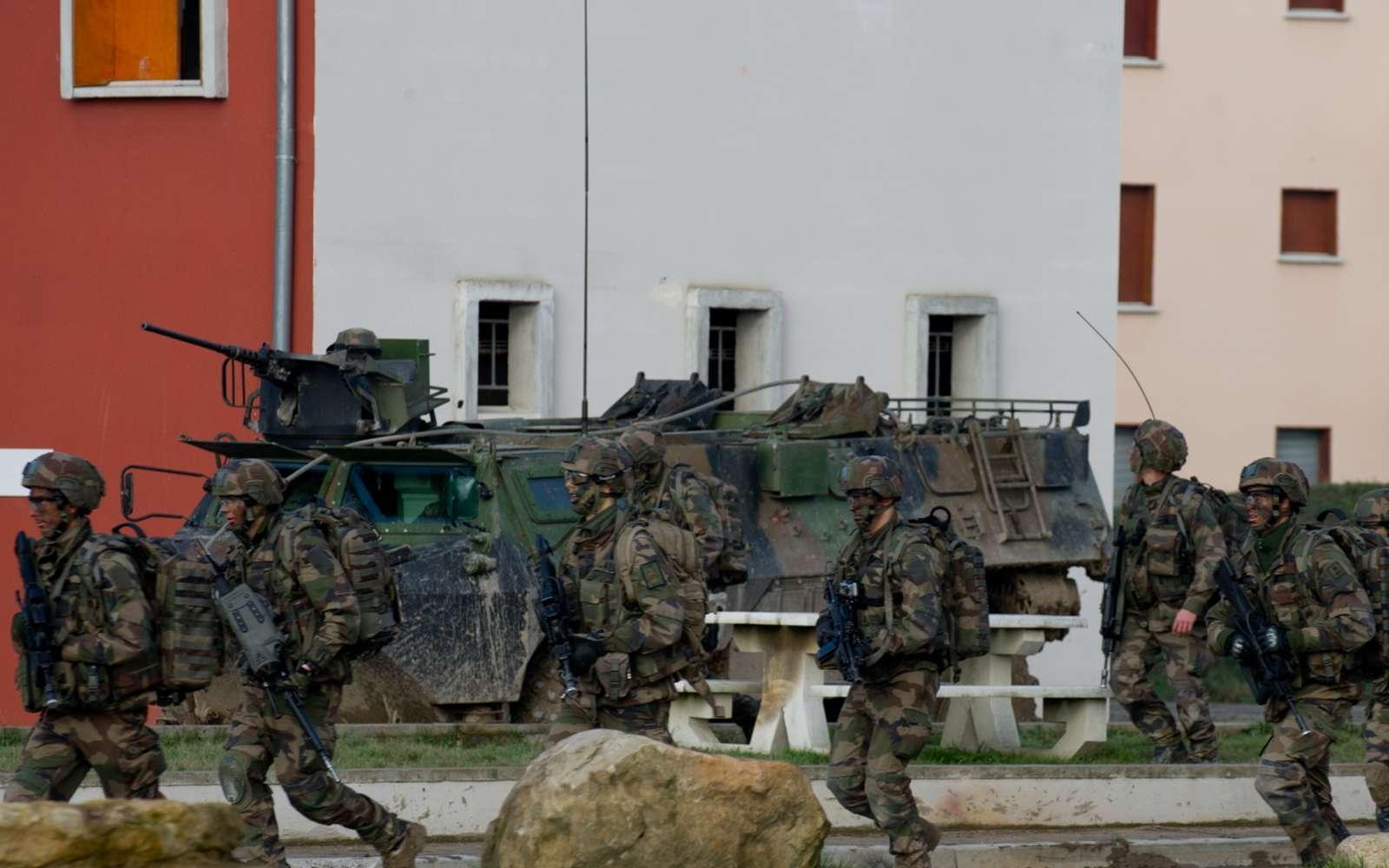 Des casques bardés de capteurs sonores, des jumelles de visée déportée, des équipements électroniques à piles à combustibles, mais pas d'implants définitifs pour les soldats du futur de l'armée française. © Futura
