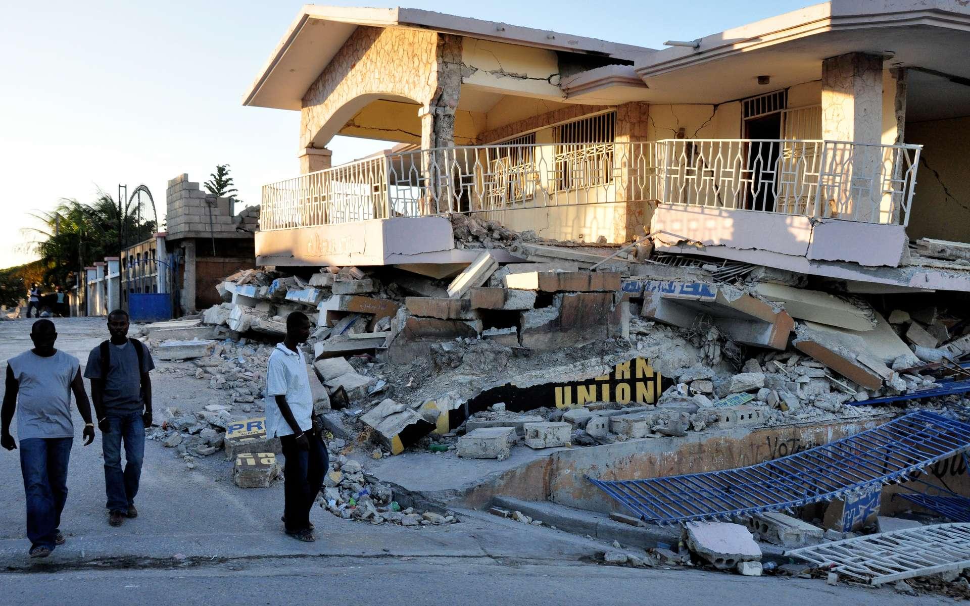 Civils haïtiens dans une rue dévastée par le séisme du 12 janvier 2010, d'une magnitude de 7,3. © FrankBirds, Adobe Stock