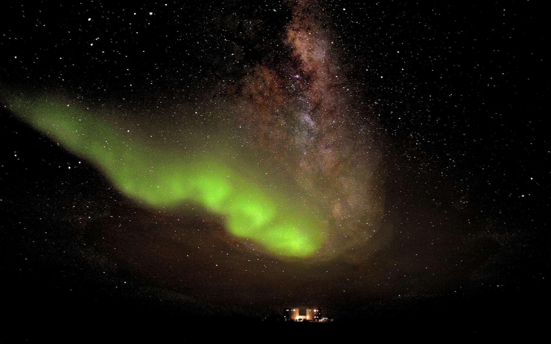 Une rare aurore australe photographiée le 18 juillet dernier depuis la base franco-italienne de Concordia. © Esa, Ipev, ENEAA, A. Kumar & E. Bondoux