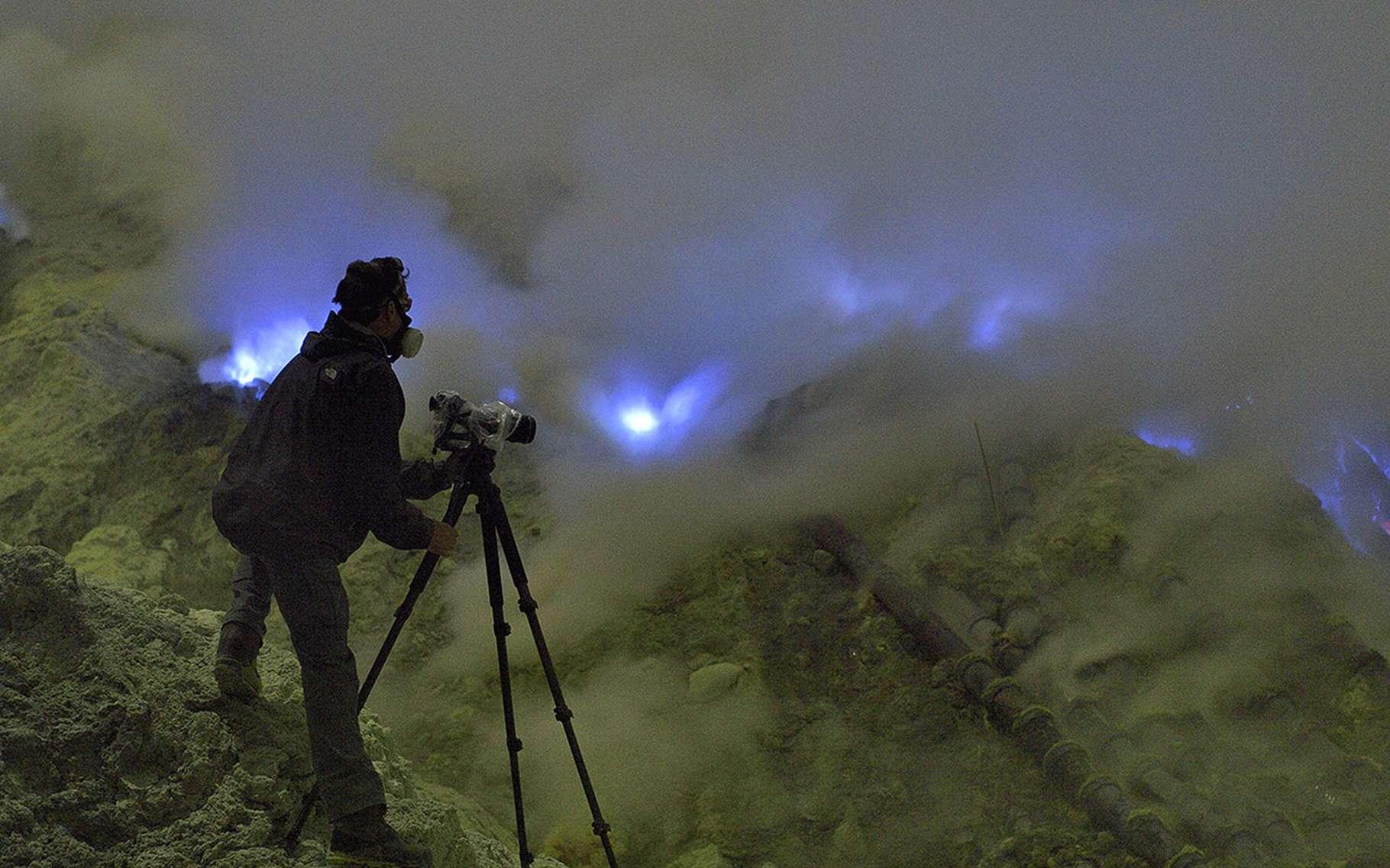 Le Kawah Ijen, un volcan indonésien qui crache des flammes bleues. © Olivier Grunewald, tous droits réservés