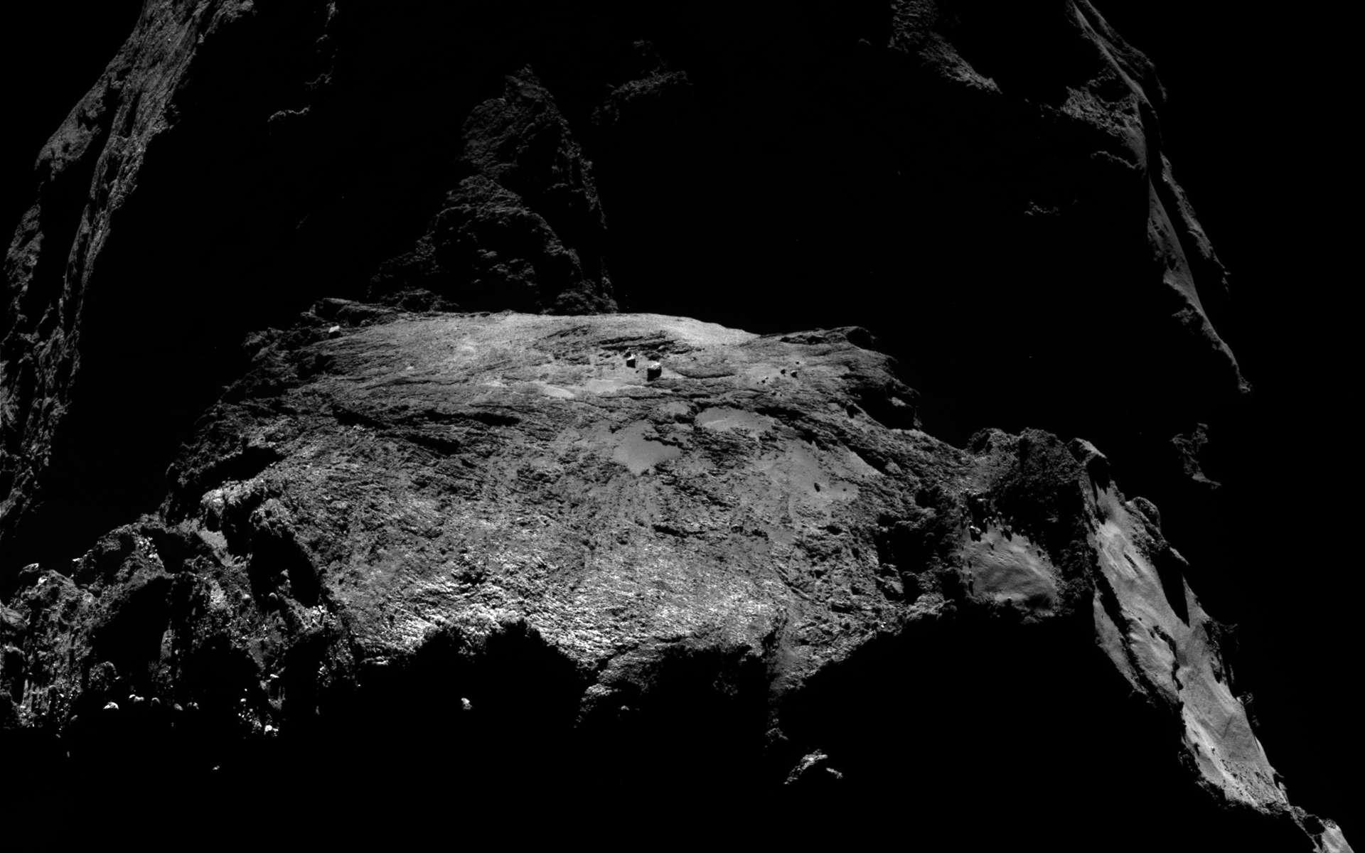 Le noyau très sombre de la comète Tchouri, épié depuis août 2014 par la sonde Rosetta. Cette teinte lui vient de sa richesse en matière organique (c'est-à-dire des molécules à base de carbone). © Esa/Rosetta/MPS for OSIRIS Team MPS/UPD/LAM/IAA/SSO/INTA/UPM/DASP/IDA
