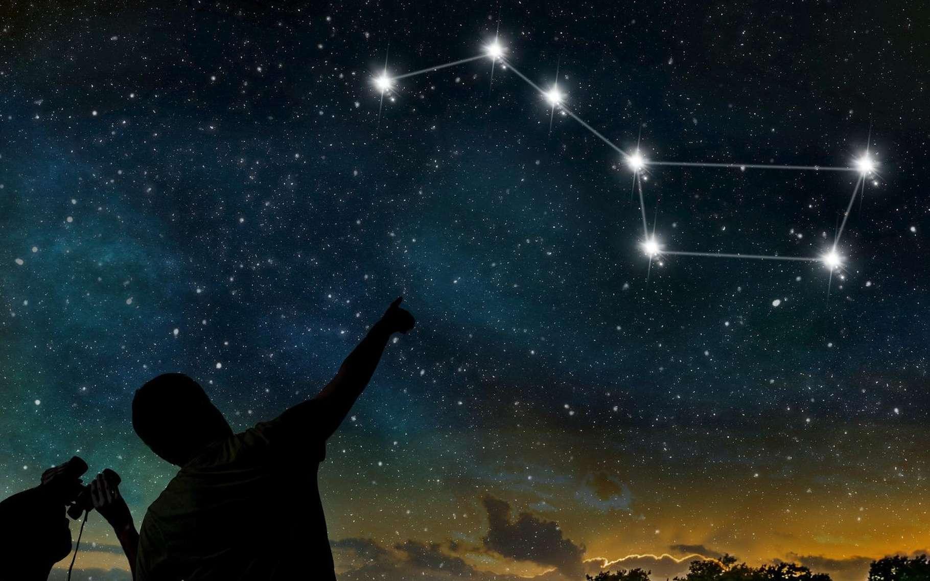Le célèbre astérisme du Grand Chariot, très connu également sous le surnom de Grande Casserole, se compose des sept étoiles (huit si vous regardez bien) les plus brillantes de la légendaire Grande Ourse (Ursa Major), l'une des plus grandes constellations du ciel boréal. © vchal, Shutterstock