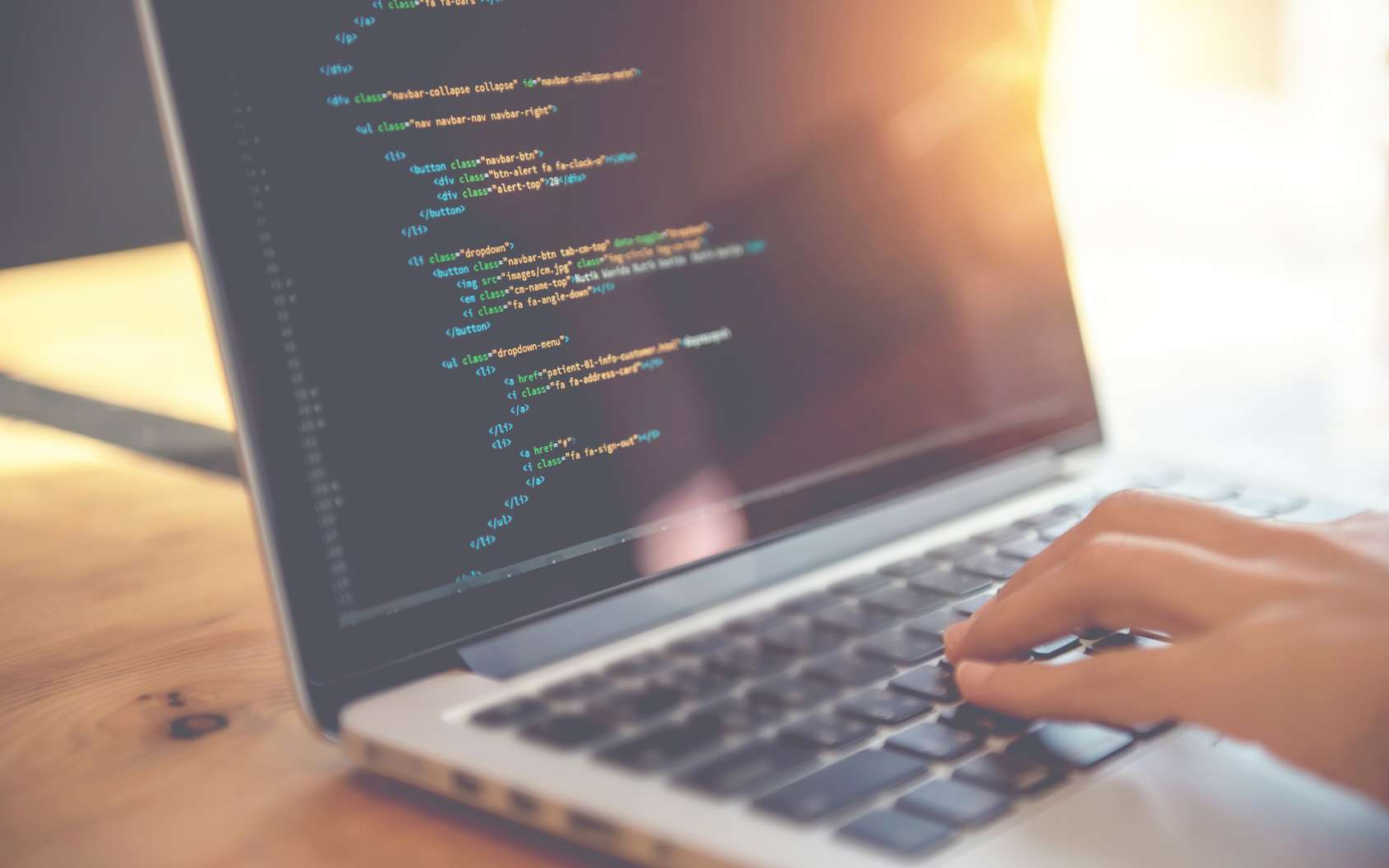 Le développeur web utilise les langages de programmation pour concevoir ou modifier un site internet. © oatawa, Fotolia.