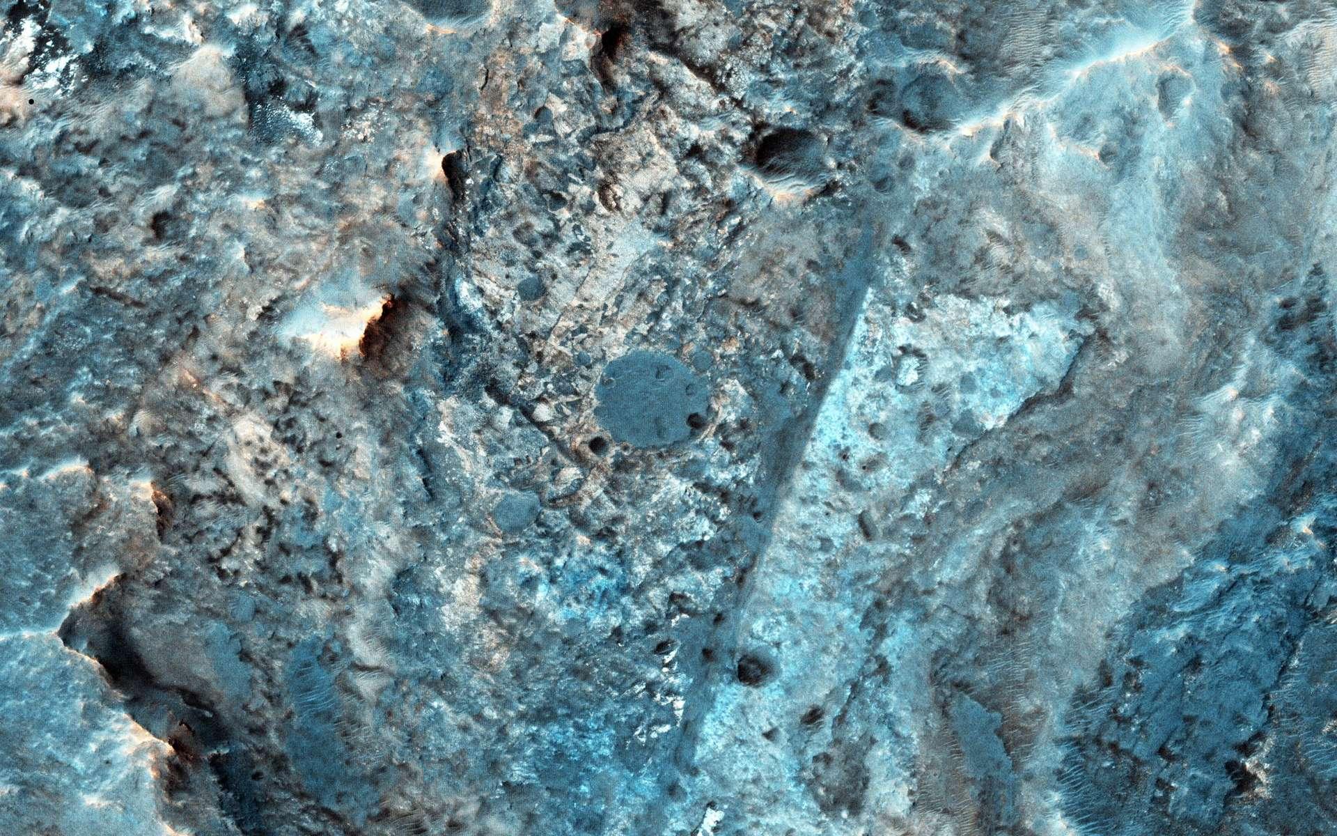 Les plus profonds cratères de Mars, ou bassins d'impact, auraient autrefois abrité des lacs alimentés par un vaste réseau d'eaux souterraines. Ici, une vue rapprochée d'un de ces cratères, le cratère Mc Laughlin. © Nasa/JPL-Caltech/University of Arizona