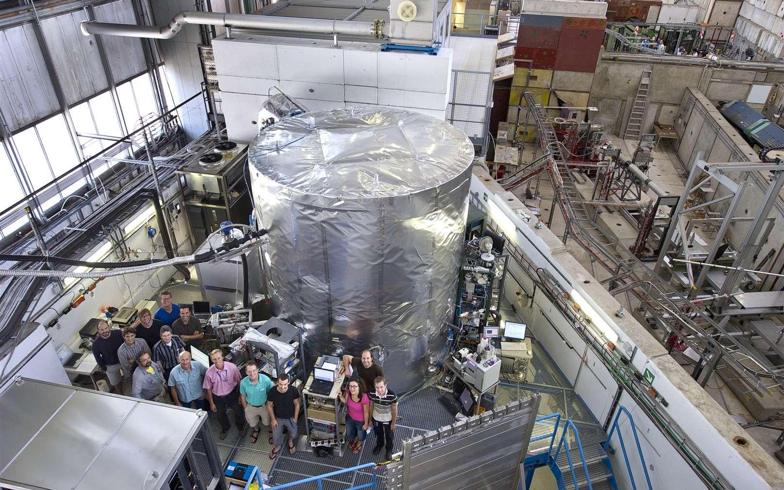Une vue de l'équipe de l'expérience Cloud devant sa chambre de 3 m de diamètre en acier inoxydable, contenant de l'air humidifié ultrapur et des traces de gaz choisis, placée dans la trajectoire d'un faisceau de pions chargés qui simule les rayons cosmiques ionisants. © 2011 Cern-Maximilien Brice