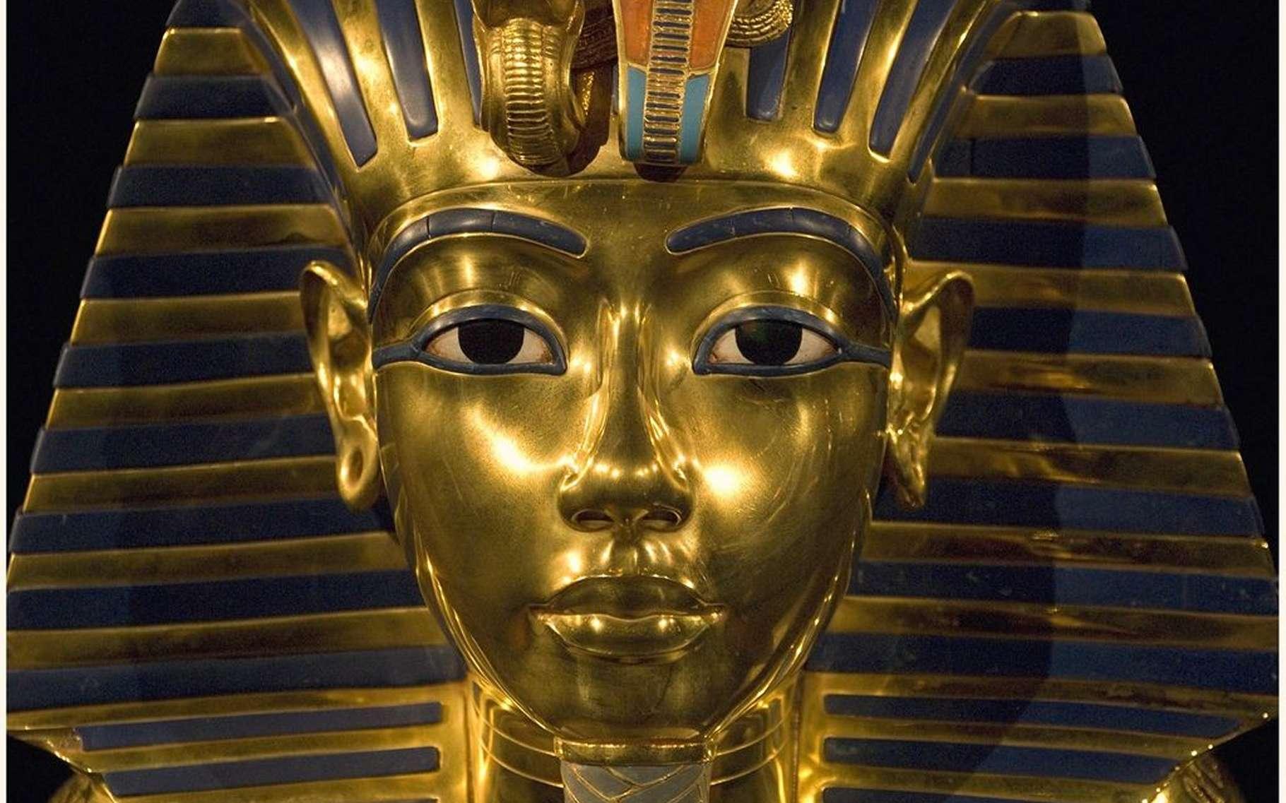 Le célèbre masque funéraire de Toutânkhamon. Enterré avec faste, le jeune pharaon mort à 19 ans a régné peu de temps et probablement sous la tutelle des prêtres. Son tombeau semble receler une chambre murée. Selon un ancien ministre égyptien, elle renfermerait « un trésor ». © Harry Potts, Flickr, CC by-sa 2.0