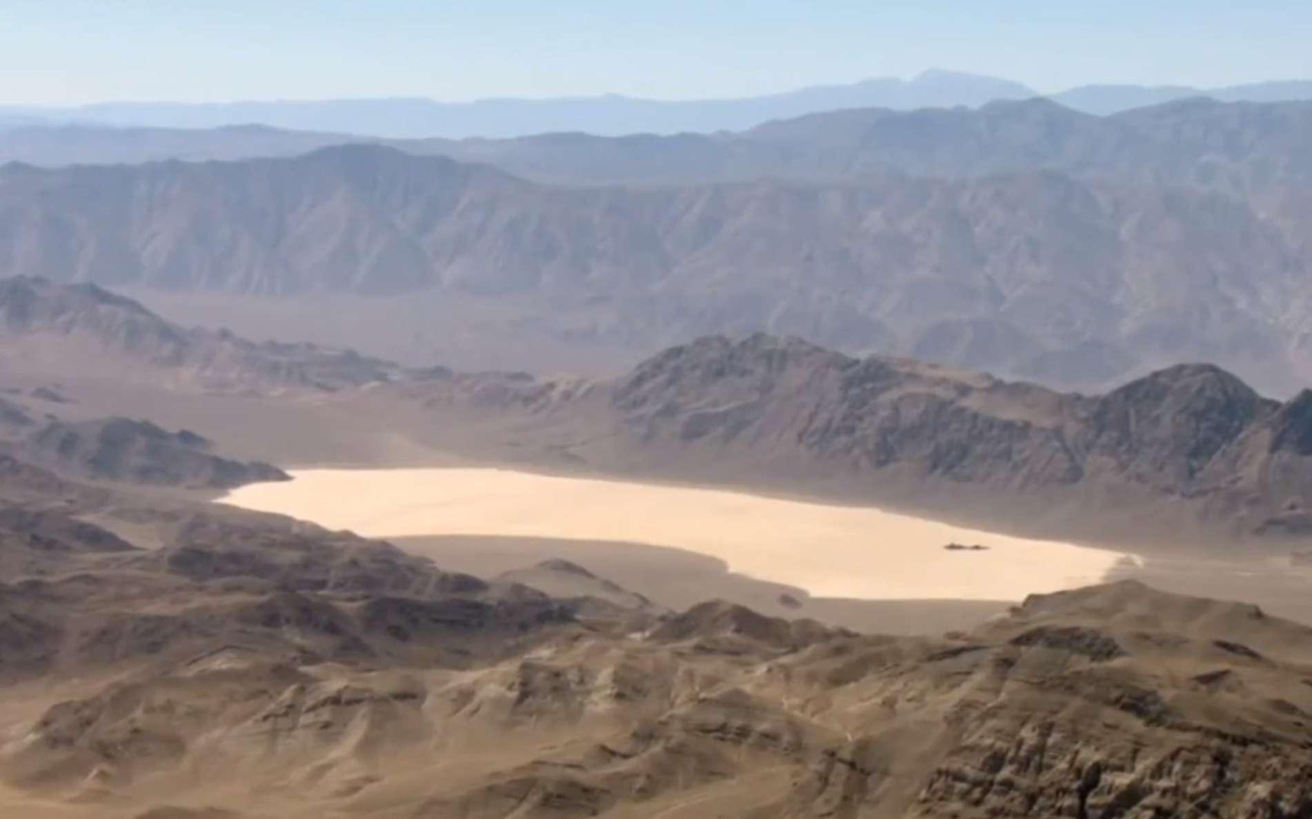 Le lac asséché de manière saisonnière Racetrack Playa, dans le parc national de la vallée de la Mort, en Californie, est une zone plate, à plus de 1.100 m d'altitude, dans une région désertique. Le phénomène du déplacement des pierres est connu depuis un siècle, et la présence de la célèbre zone 51 (dans le Nevada), utilisée pour des essais d'avions militaires, a donné lieu à des hypothèses fantaisistes. © Tahoenathan, cc by nc sa 3.0