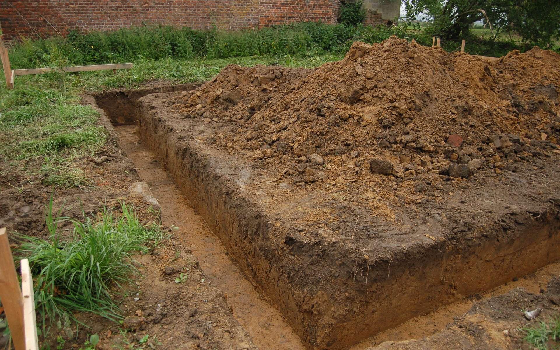 Une fouille en rigole est un type de terrassement destiné à recevoir une semelle de fondation dans le but d'équilibrer les charges du futur bâtiment. © 64k.be, CC BY-NC-SA 2.0, Flickr