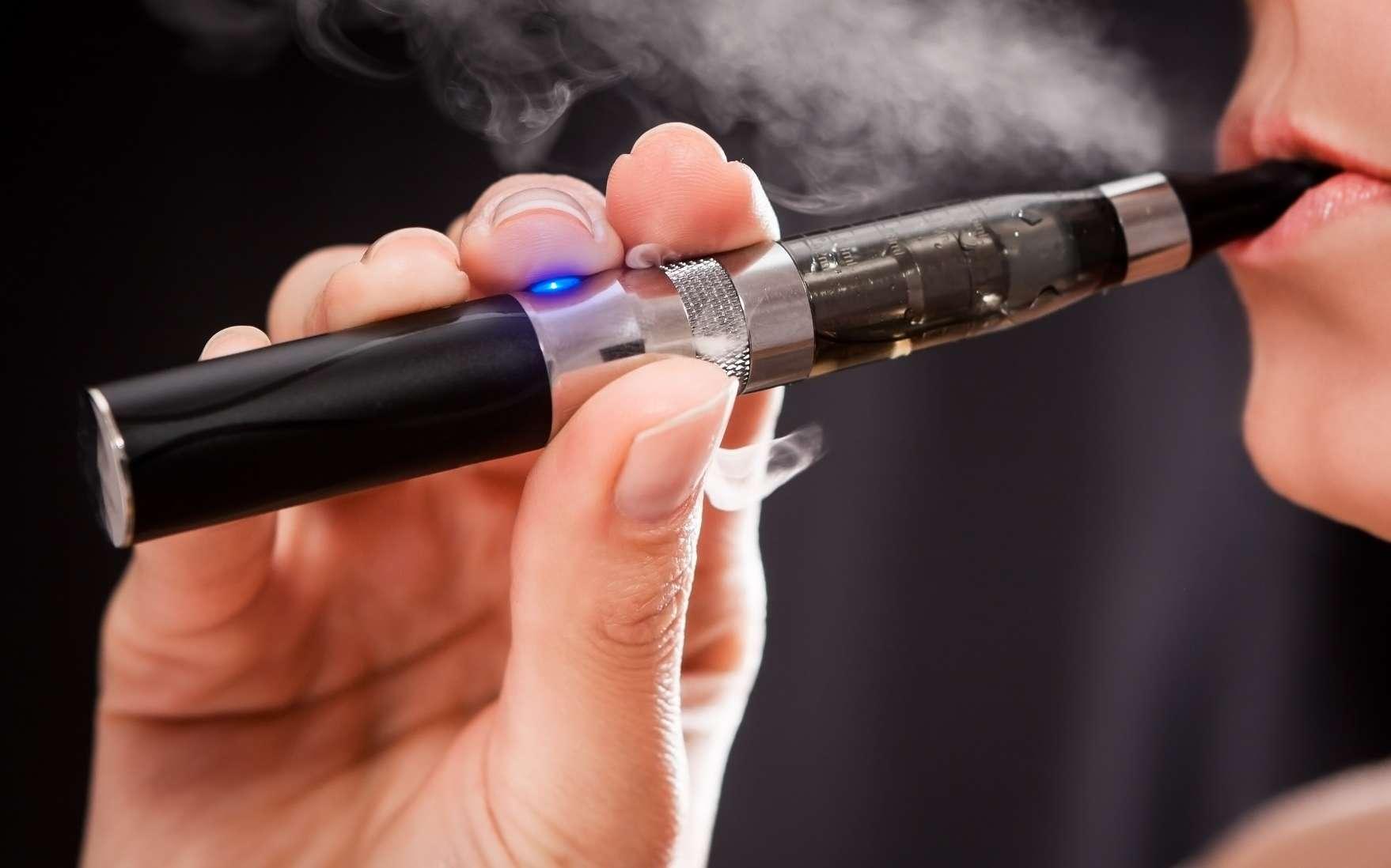 La vapeur des cigarettes électroniques aromatisées à la cerise contiennent les taux les plus élevés de benzaldéhyde. © scyther5, Shutterstock