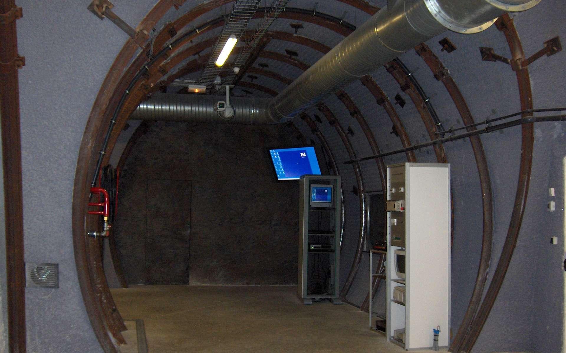 Le Laboratoire de Bure comprend aussi des installations en surface, où les visiteurs peuvent notamment venir observer cette maquette d'une galerie souterraine. © Ji-Elle, Wikimedia Commons