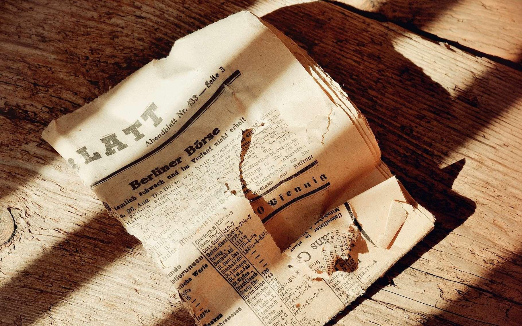 C'est la lignine contenue dans le papier qui s'oxyde au contact de l'air et lui donne une couleur jaune. © Pezibear, Fotolia