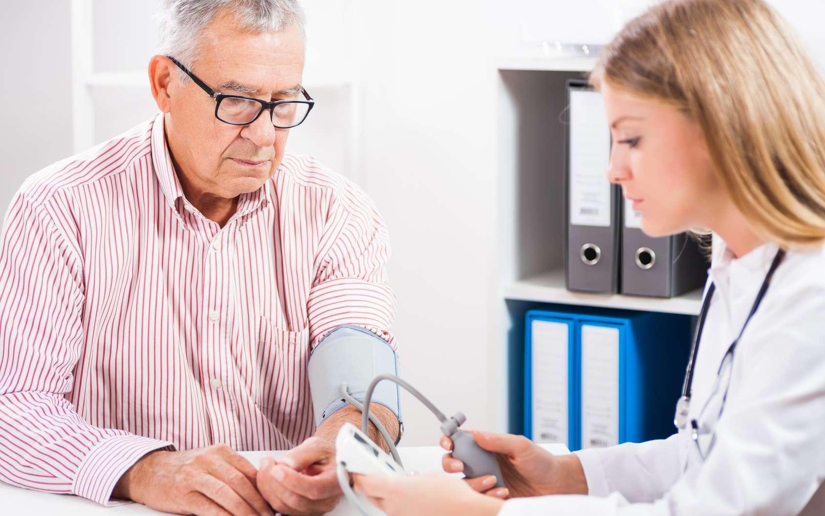 Les patients traités de manière intensive contre l'hypertension risquent moins de souffrir de déficit cognitif léger. © djoronimo, Fotolia