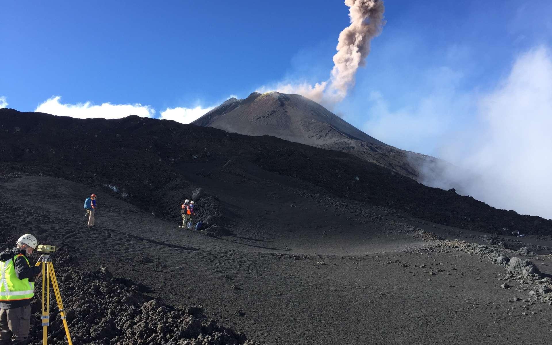 Scientifiques travaillant sur le Mont Etna. © Nikola Rogic, imaggeo.egu.eu