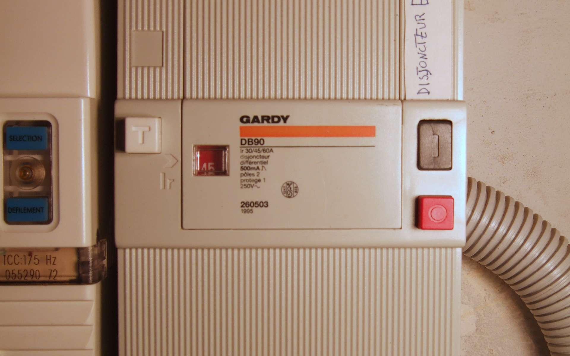 Le disjoncteur différentiel protège (aussi) une installation électrique contre les appareils défectueux qui pourraient provoquer des électrocutions. © Domaine public
