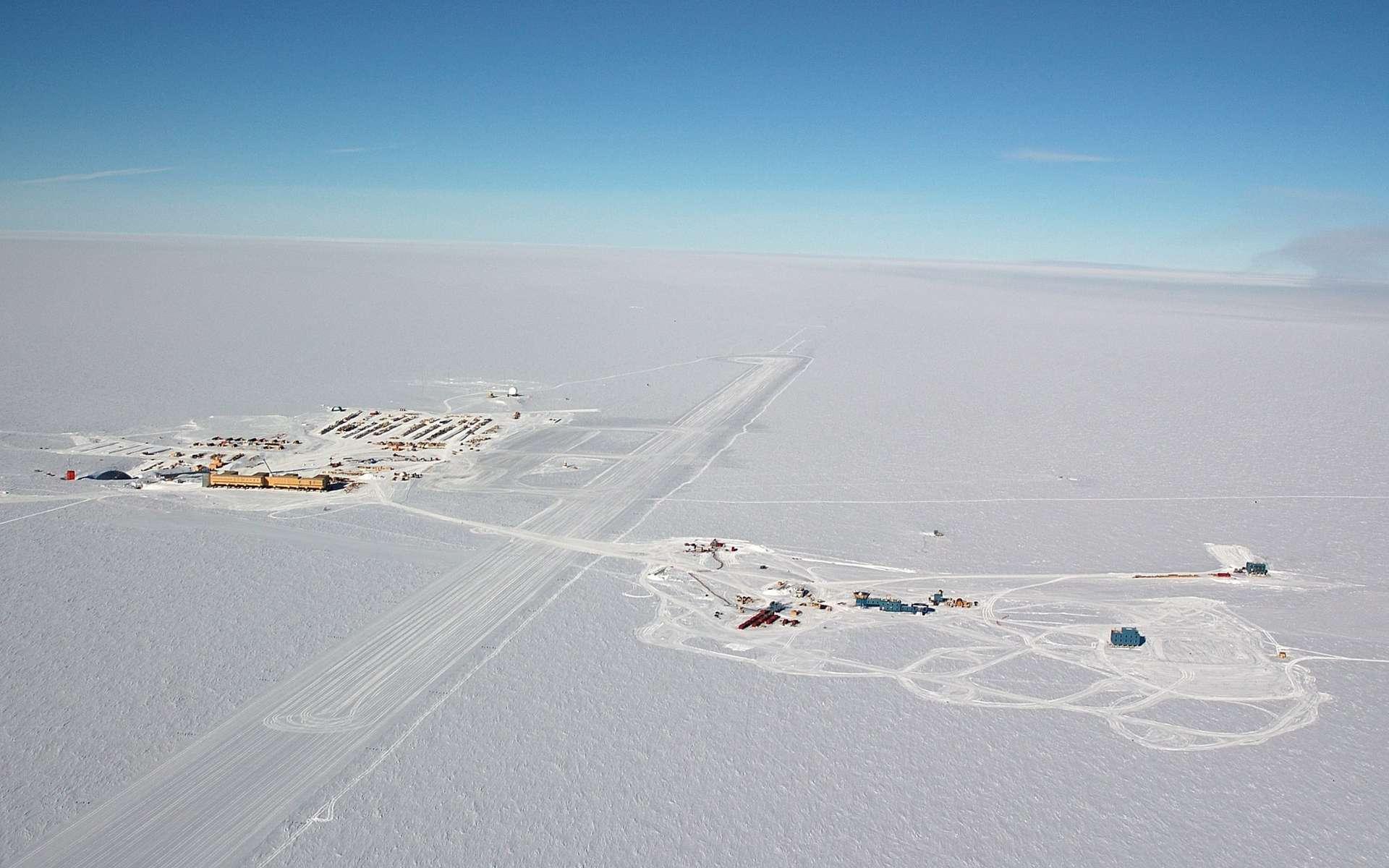 Vue aérienne de la base antarctique Amundsen-Scott, située exactement au pôle Sud géographique. Les lieux de vie et de travail sont à gauche, les grandes expériences dédiées à l'astrophysique et à la cosmologie comme IceCube, Bicep, SPT et Keck Array sont à droite, à environ un kilomètre. On peut se laisser aller à rêver que la base soit la concrétisation de l'Expédition polaire internationale (EPI), la base en Antarctique du roman La nuit des temps de René Barjavel. © Forest Banks, NSF