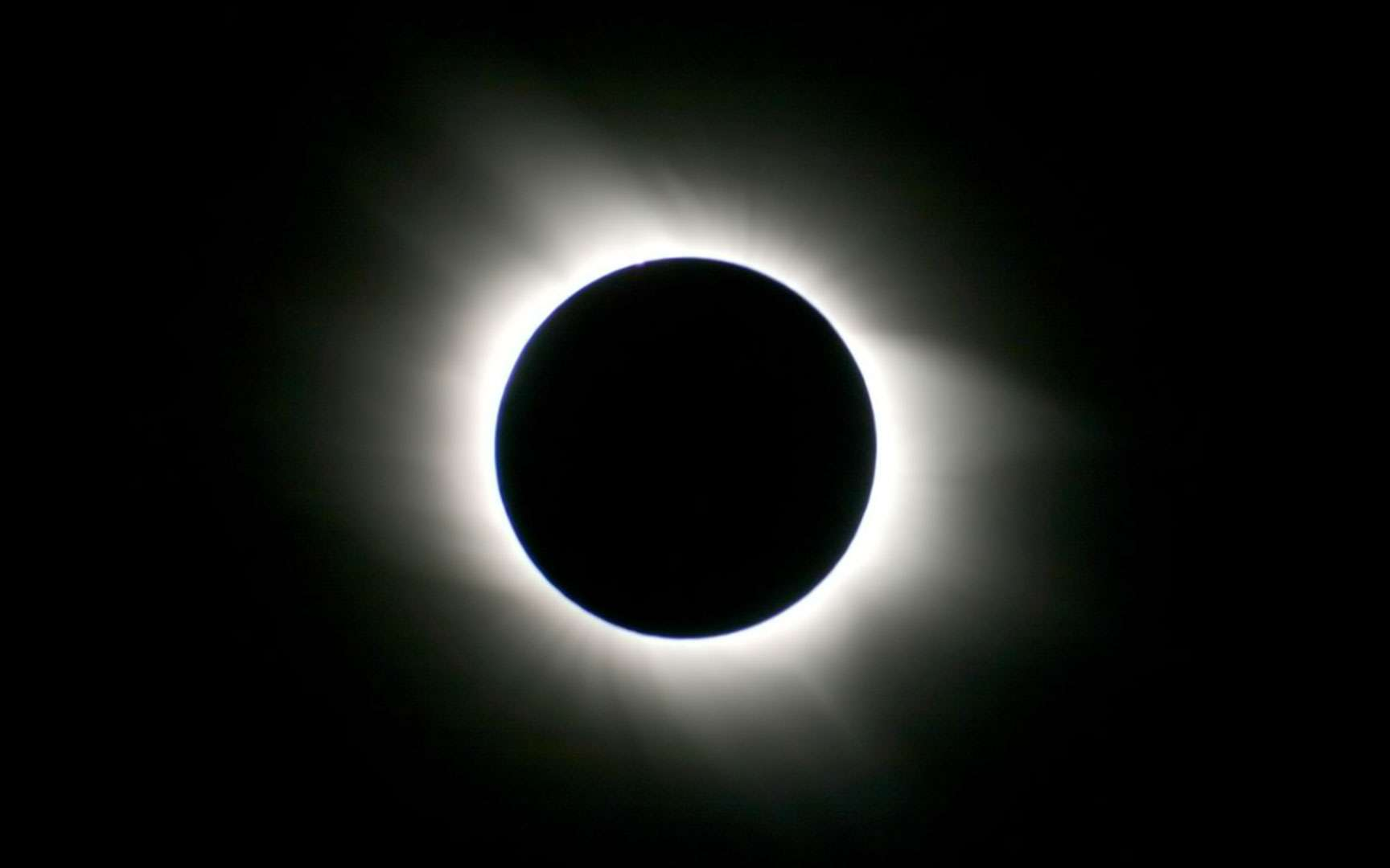 Une magnifique couronne solaire. Lors des éclipses totales il est possible d'admirer la couronne solaire, une immense auréole de lumière. Cette atmosphère solaire s'étend sur plusieurs millions de kilomètres et la température de ce plasma dépasse le million de degrés. © L. Ferrero