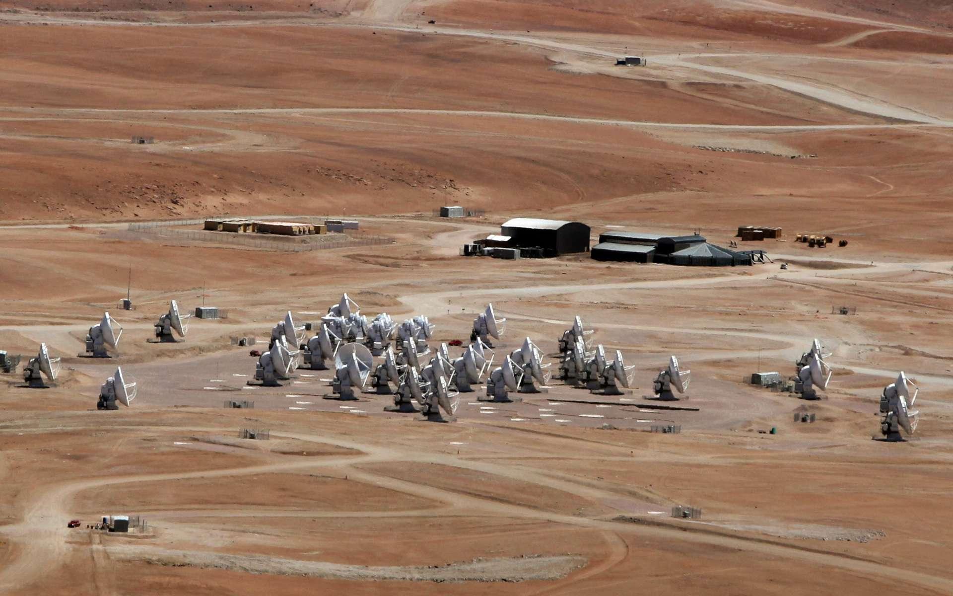 Une partie des 66 antennes d'Alma, avec au centre l'ensemble des antennes qui forme le réseau compact d'Alma. © C. Padilla, Alma (Eso, NAOJ, NRAO)