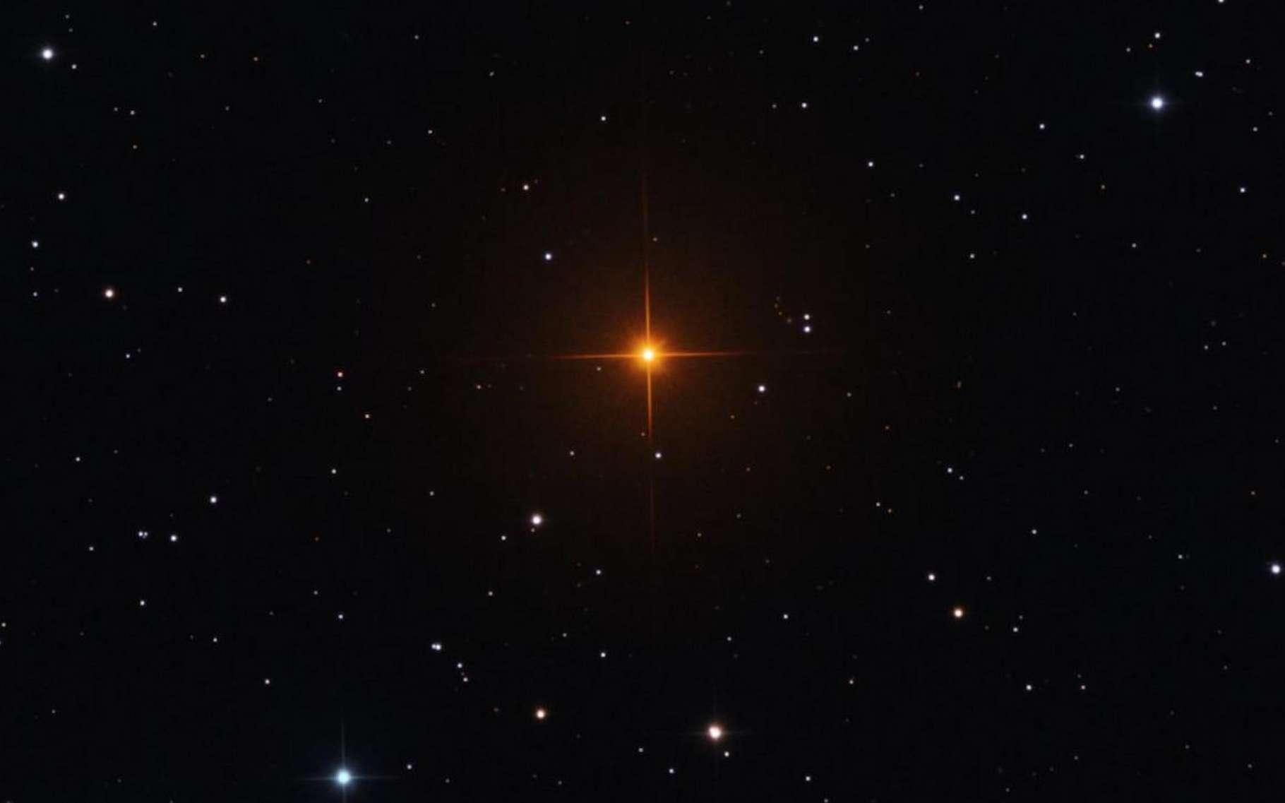 R Leporis, cette étoile rouge orangé brillante capturée ici est un exemple du type d'étoiles situées dans la branche asymptotique des géantes qui intéressent les astronomes de l'université de Chicago (États-Unis). La couleur frappante vient de la grande quantité de carbone dans son atmosphère. © Université de Chicago