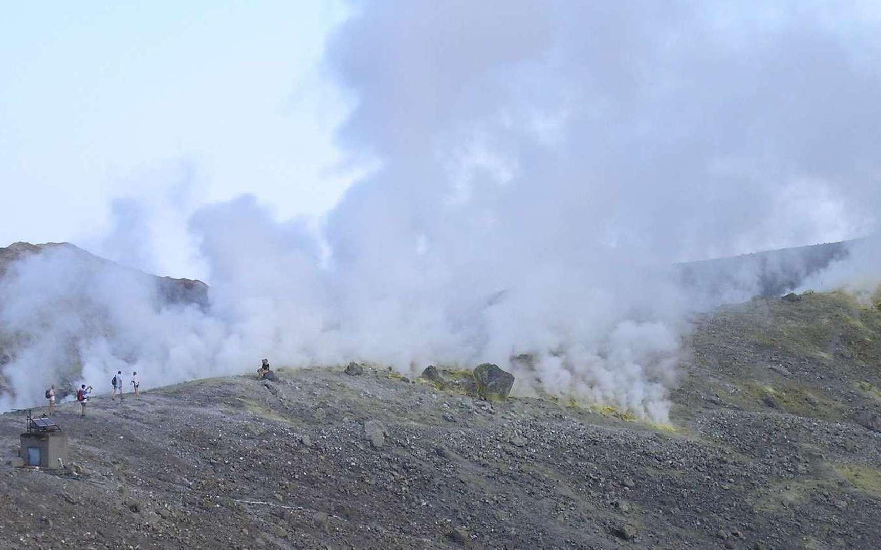 Des fumerolles composées en majorité de vapeur d'eau s'élèvent des bords du cratère de La Fossa sur l'île de Vulcano. © Laurent Sacco, Futura