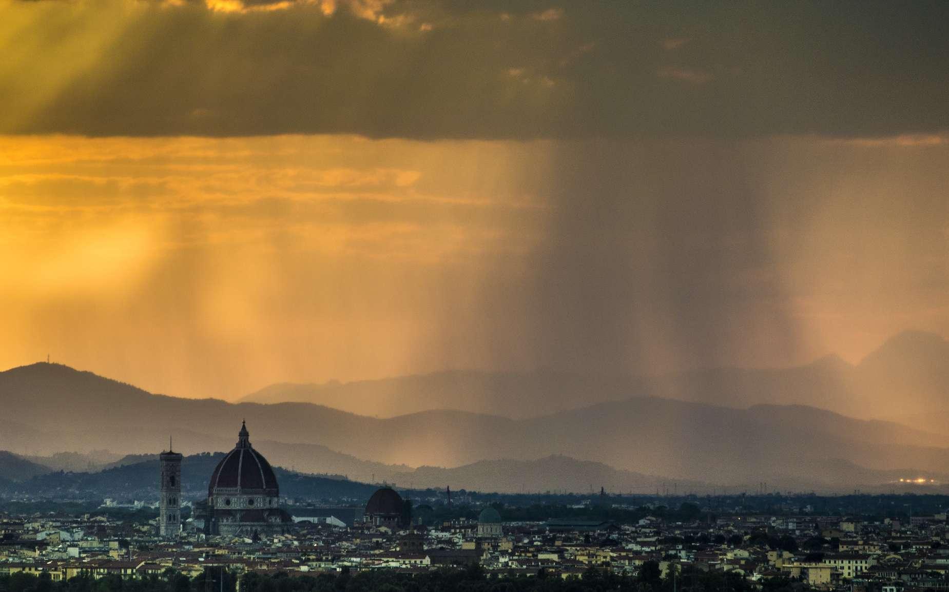 La pluie est le principal type de précipitation de l'eau contenue dans les nuages. En photo, pluie au-dessus de Florence. © gimsan, fotolia