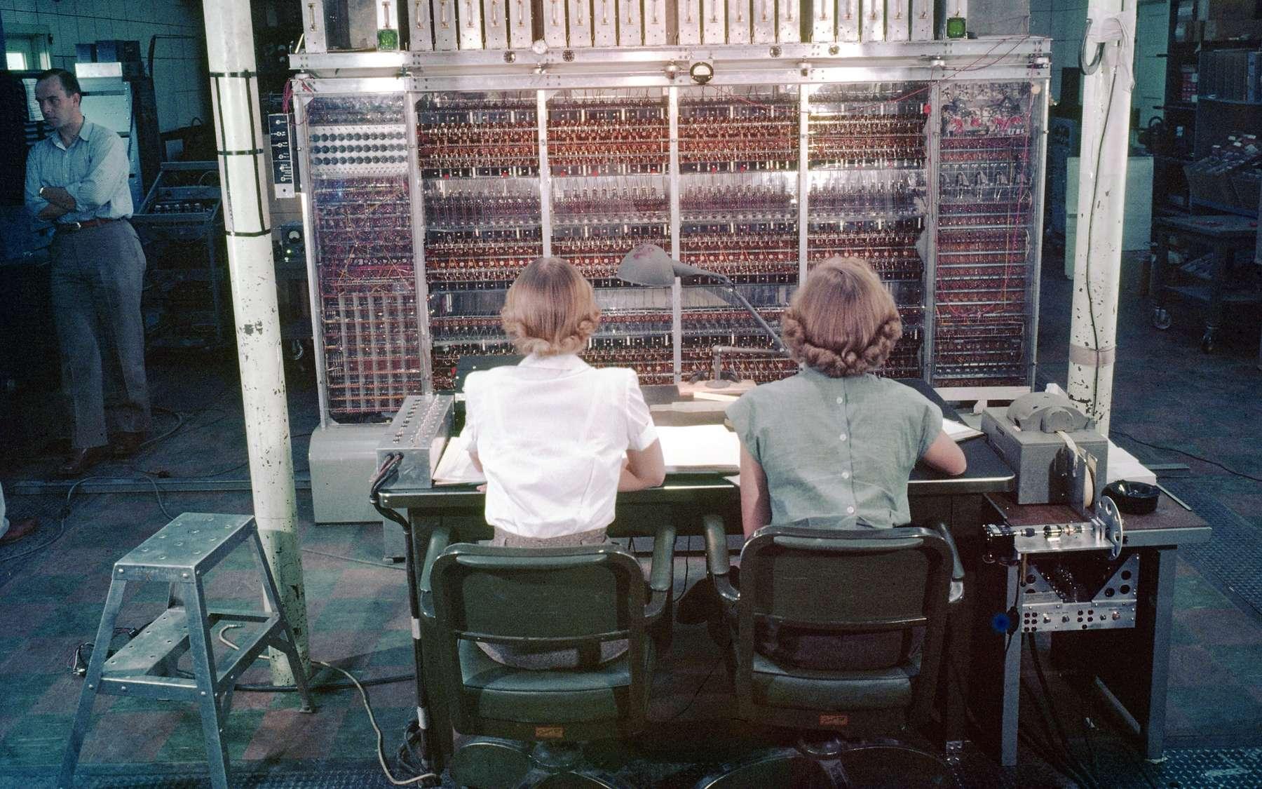 Maniac I était l'un des premiers ordinateurs avec la fameuse architecture de Von Neumann au début des années 1950. Il a servi à concevoir la bombe à hydrogène et a permis la première expérience de physique numérique, celle de Fermi-Pasta-Ulam. On le voit sur cette photo avec peut-être Mary Tsingou, l'informaticienne qui l'a programmé pour réaliser l'expérience de FPU. © cc by snc and nd 2.0, University of California