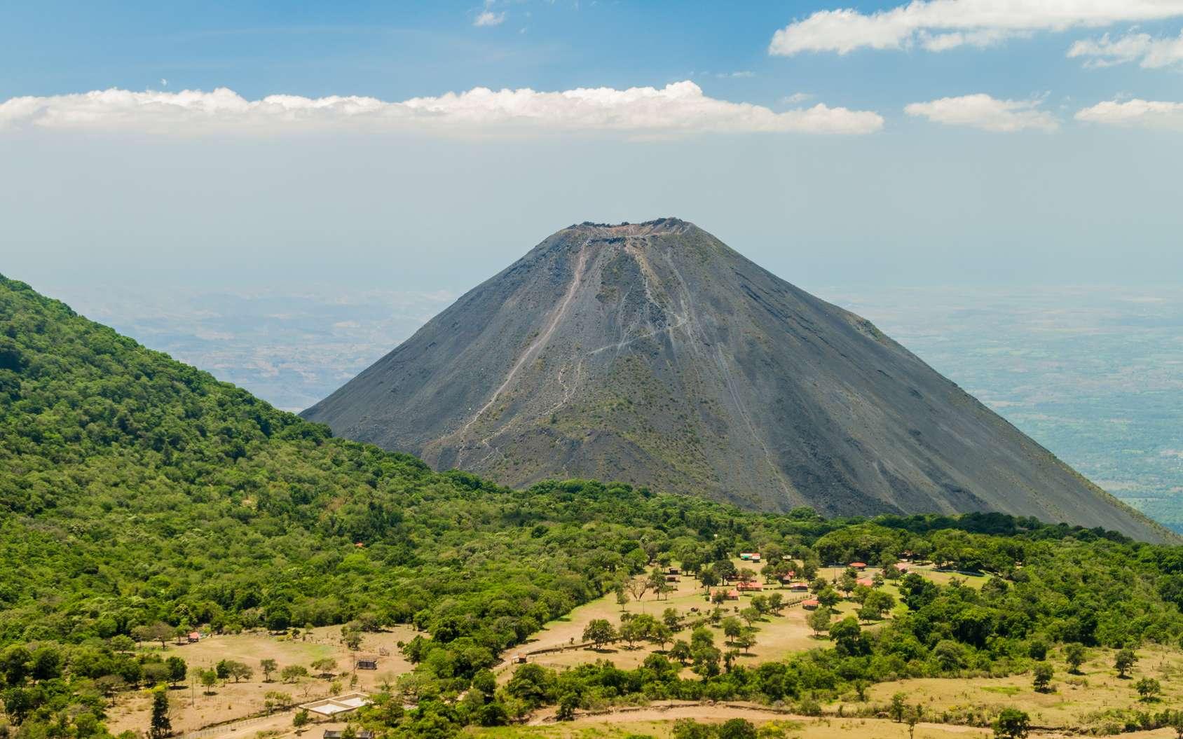 Le volcan Izalco. © Matyas Rehak, Fotolia