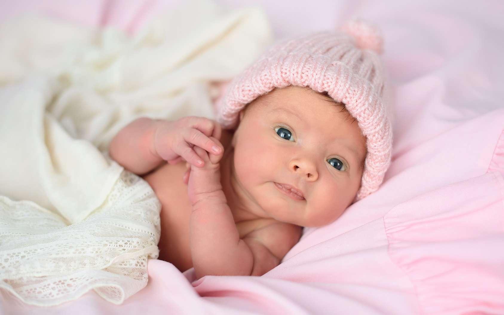 À la naissance, le bébé montre déjà de l'intérêt pour les visages. Et dans l'utérus ? © Nestyda, Fotolia