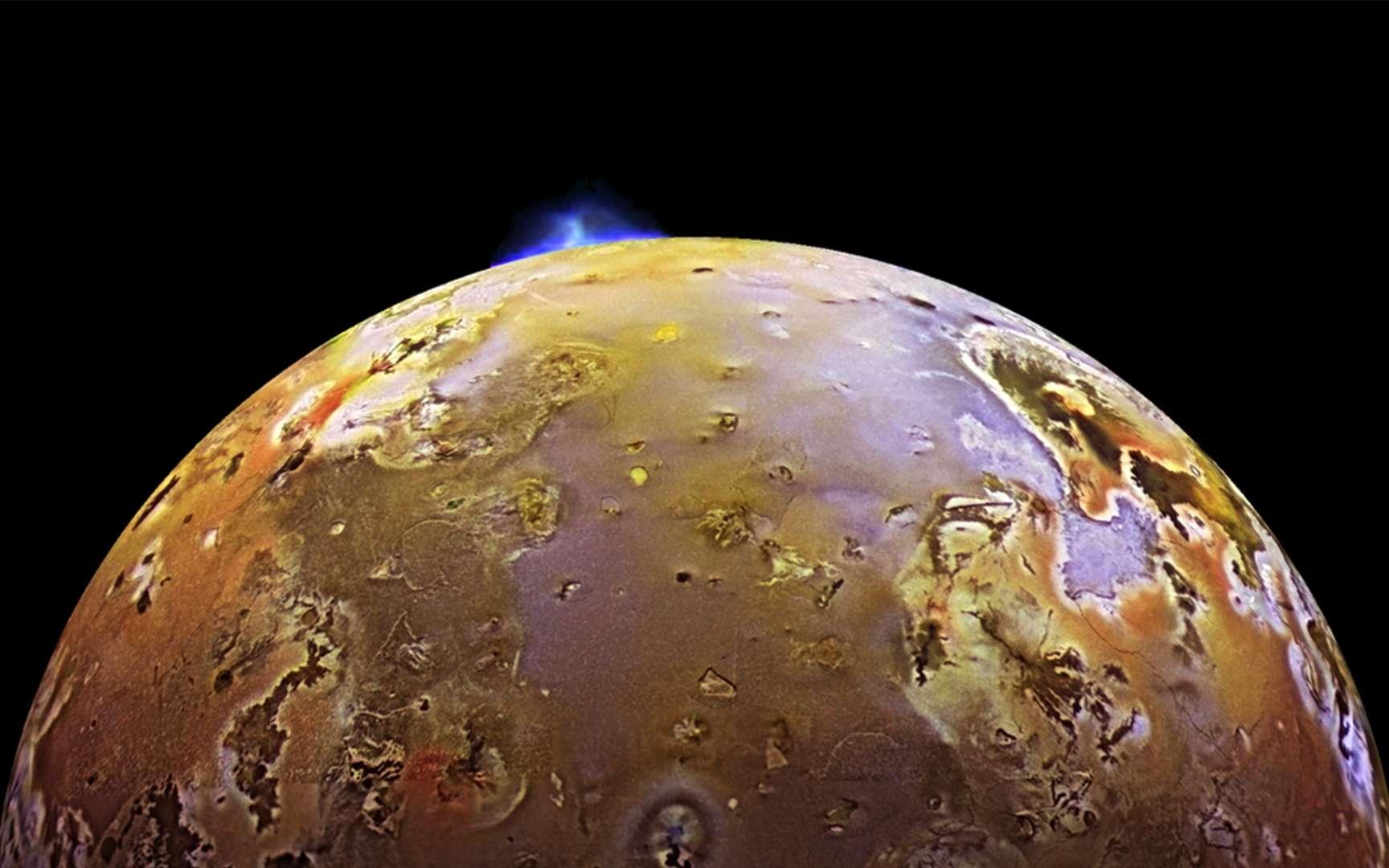 Cette photographie de Io prise par la sonde Galileo montre une éruption à Pillan Patera. C'est une caldeira volcanique d'environ 73 km de diamètre nommée d'après le dieu du tonnerre, du feu et des volcans des Indiens mapuches, dans les Andes. Au cours de l'été 1997, cette éruption a été accompagnée de laves à des températures supérieures à 1.600 °C, avec un panache de 140 km de haut. C'est la plus importante éruption effusive dont l'Homme ait jamais été témoin avec au moins 31 km3 de laves émises sur une période de 100 jours. © Nasa, JPL, University of Arizona