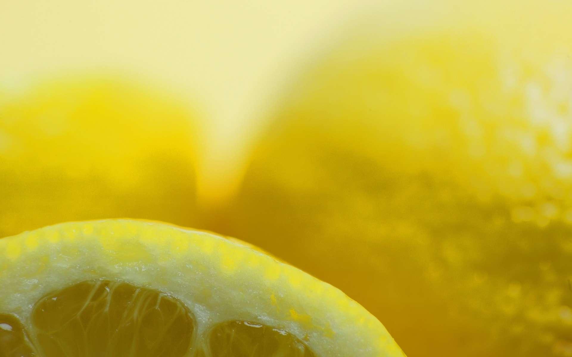 Le jus de citron est un décolorant naturel qui peut atténuer les taches de vieillesse. © Phovoir