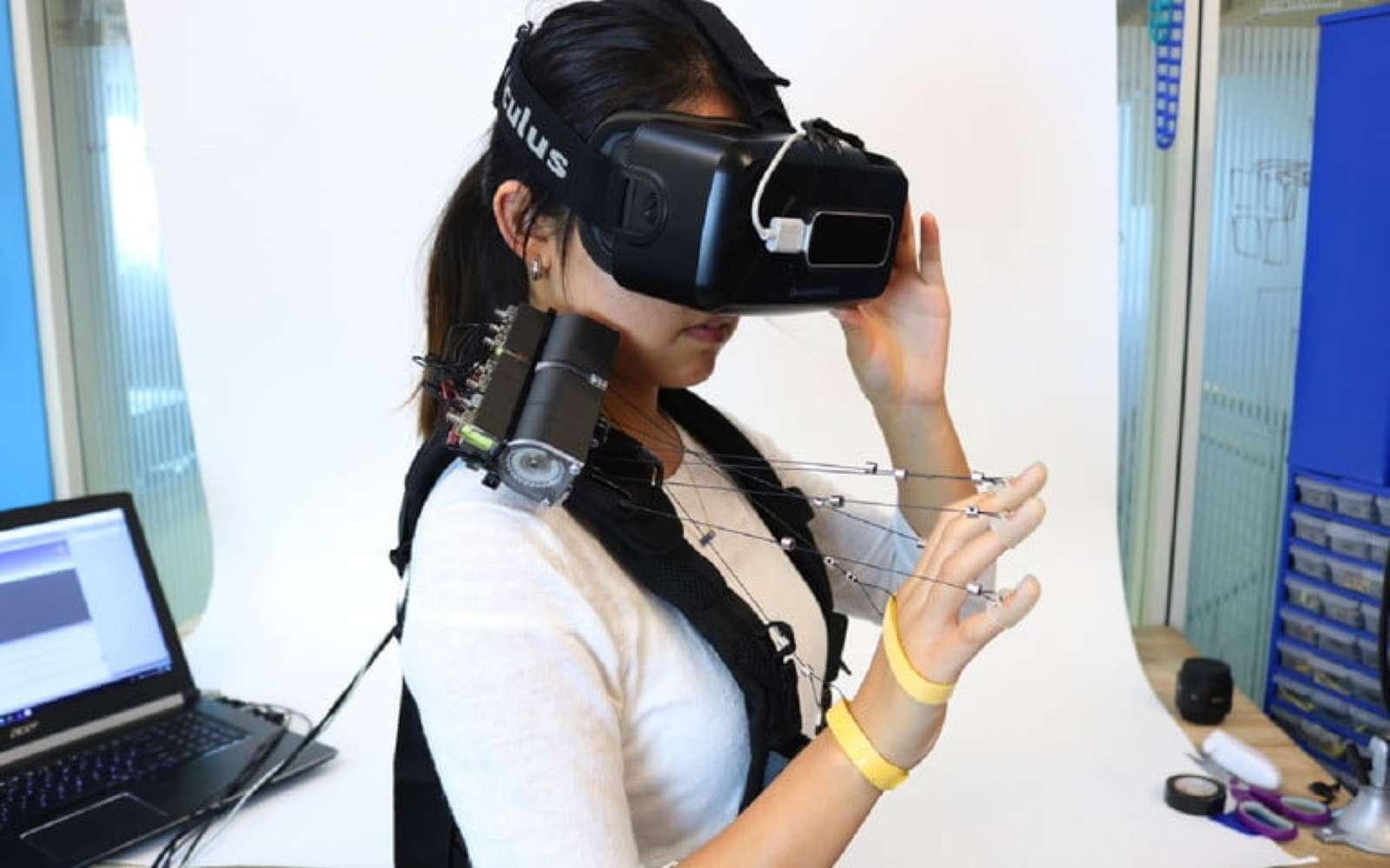 Astucieux et économe, le système de VR dédié au touché mis au point par les chercheurs de l'Université de Carnegie Mellon fait penser à l'univers des marionnettistes. © Université Carnegie Mellon