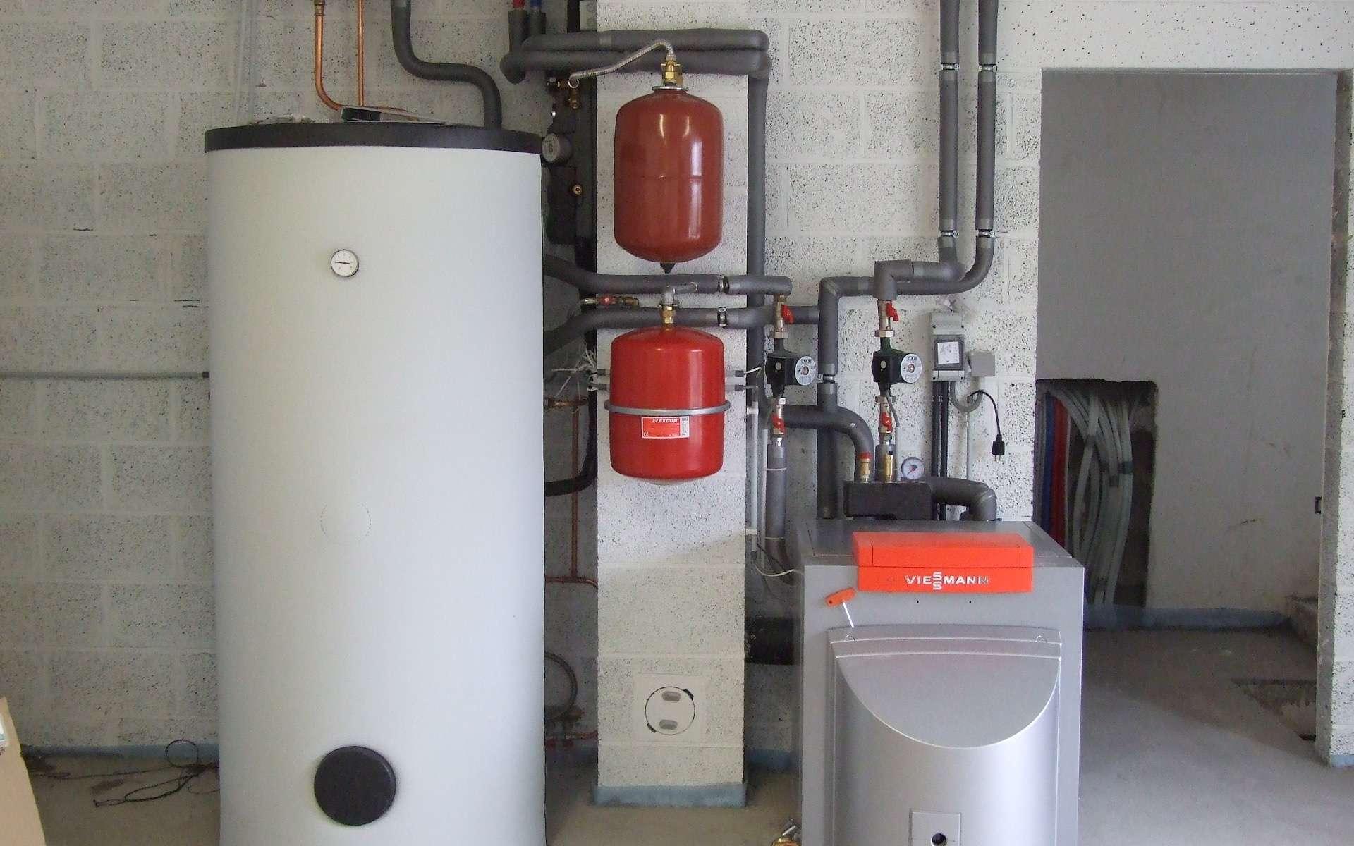 Selon le modèle de chaudière, mural ou au sol, le vase d'expansion est intégré ou placé à proximité. Dans le cas d'un montage avec ballon tampon, comme ici, deux vases d'expansion sont prévus : l'un pour le circuit de chauffage central, l'autre pour l'eau chaude sanitaire. © Viessman