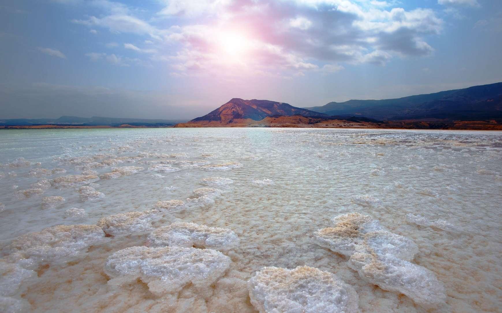 Quand la Méditerranée a perdu 2 km d'eau, des volcans se sont allumés. Ici, le lac Assal ; il se trouve dans la dépression de l'Afar, à 153 mètres sous le niveau de la mer, ce qui fait de lui le point le plus bas du continent africain. L'Afar est une région volcanique dans laquelle on trouve des chaînes volcaniques axiales de type océanique (au plan tectonique et magmatique). Il s'agit donc du fond d'un tout jeune océan accompagnant la formation de la mer Rouge. © trub, Fotolia
