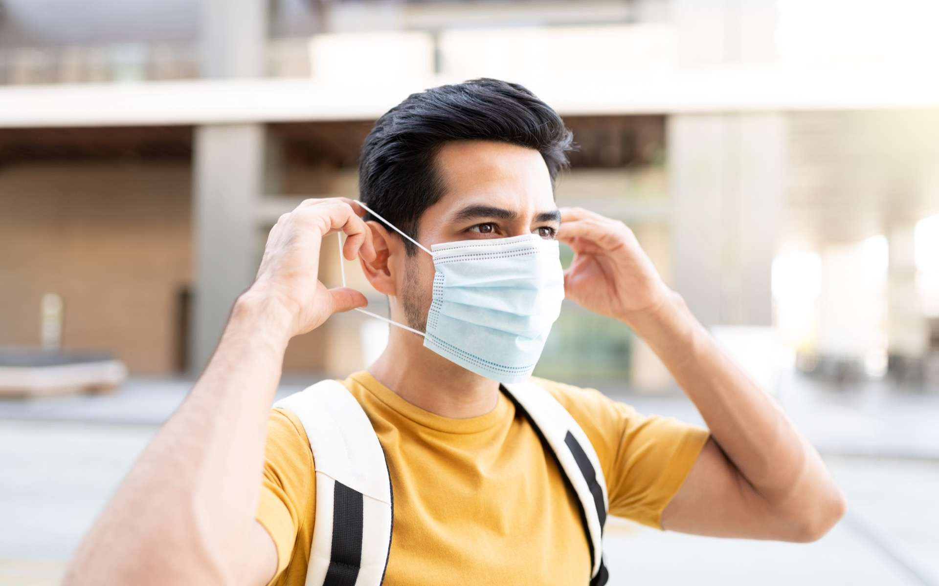 Le port du masque en condition venteuse à l'extérieur peut protéger contre le coronavirus. © AntonioDiaz, Adobe Stock