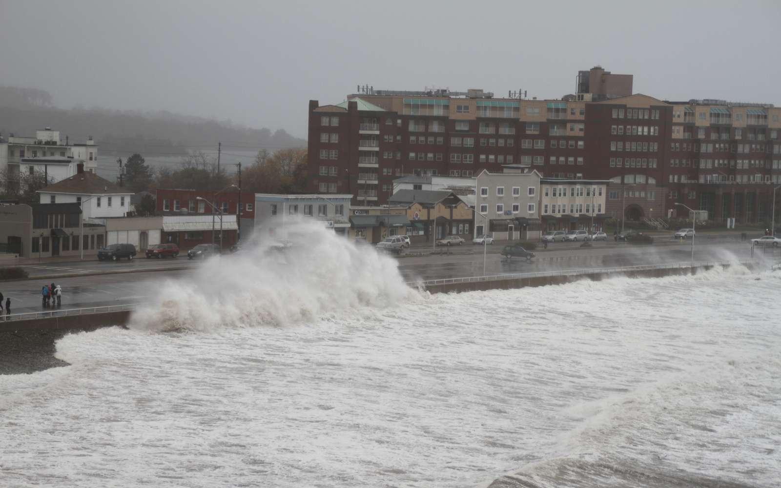 L'ouragan Sandy a causé d'incommensurables dégâts aux Bahamas, à Cuba, en Haïti, aux États-Unis et en Jamaïque. Il est souvent mis en avant l'idée que le réchauffement climatique provoquera une augmentation des événements extrêmes. Bien qu'on ne sache pas aujourd'hui à quel point ils augmenteront, la distribution géographique des événements évoluant au cours du temps est certaine, notamment à cause des émissions d'aérosols. © Jeffcutler, Flickr, CC