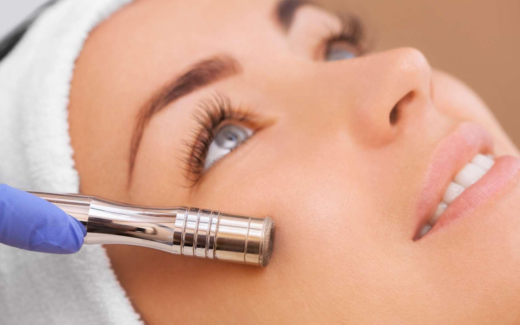 PRP, photobiomodulation, microcourants, XPL, microdermabrasion ou massage facial : ces méthodes antirides sont considérées comme naturelles. © Dimid, Fotolia