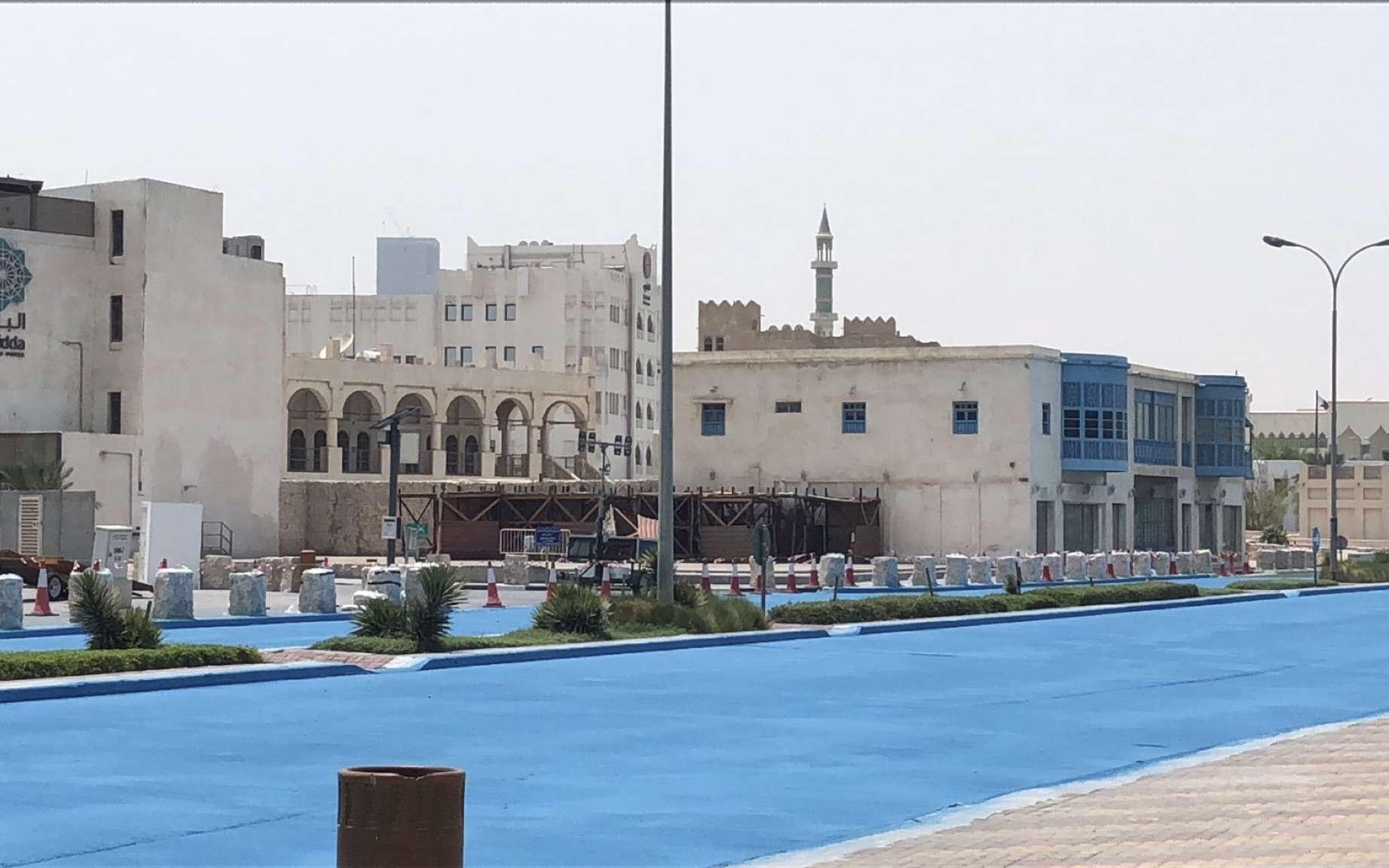 Doha a enduit certaines portions de routes d'un revêtement bleu réfléchissant afin de diminuer la température au sol. © السياحة في قطرqt2030, @qt2030, Twitter