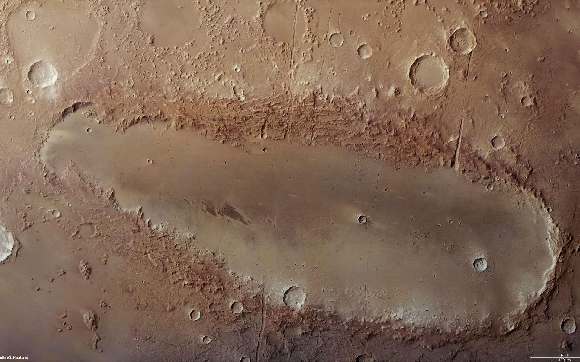 Orcus Patera, une étrange formation martienne allongée photographiée par la sonde européenne Mars Express, intrigue toujours les astronomes. Crédit Esa/DLR/FU Berlin (G. Neukum)